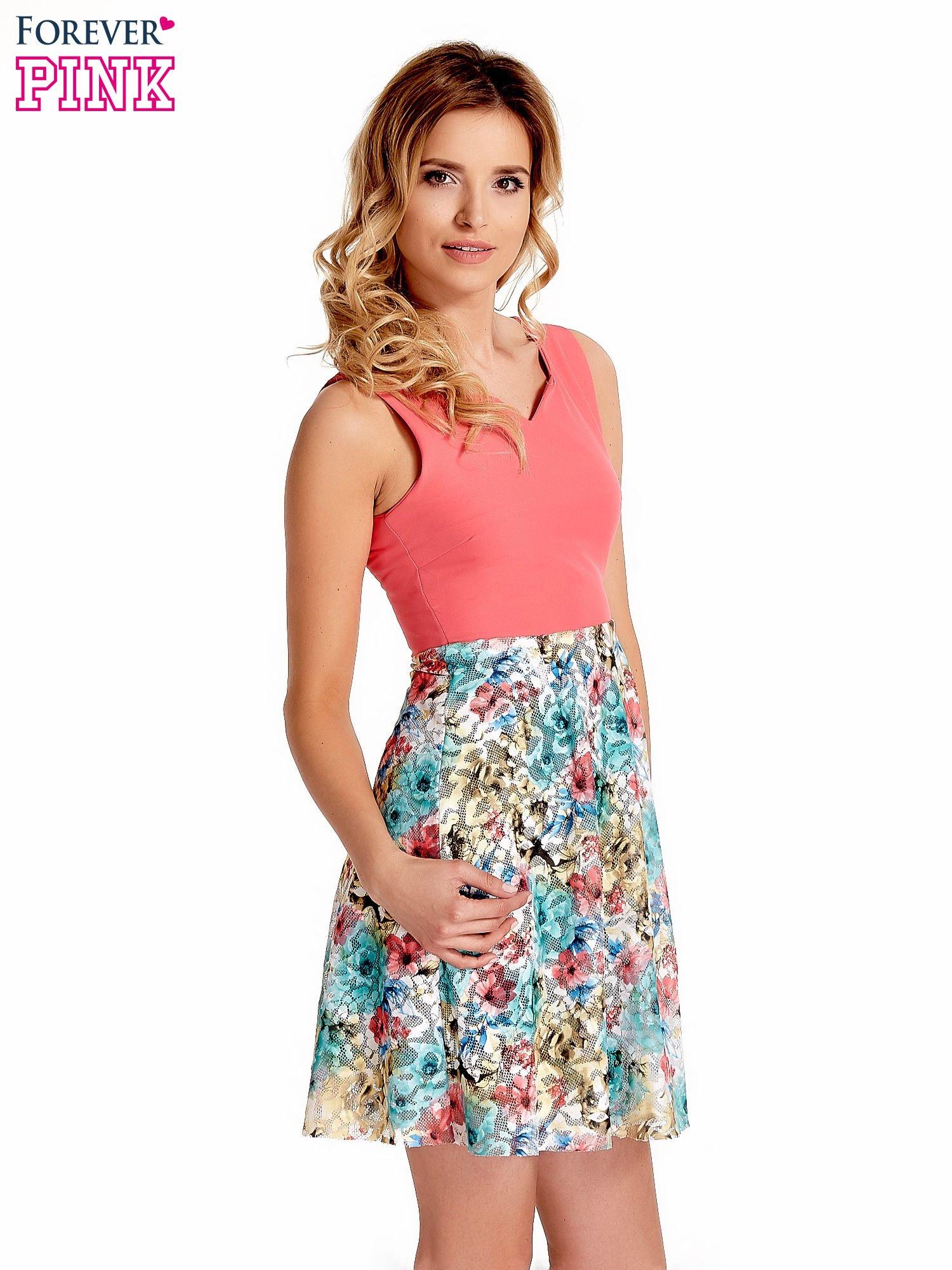Koralowa sukienka z kwiatowym dołem                                  zdj.                                  3