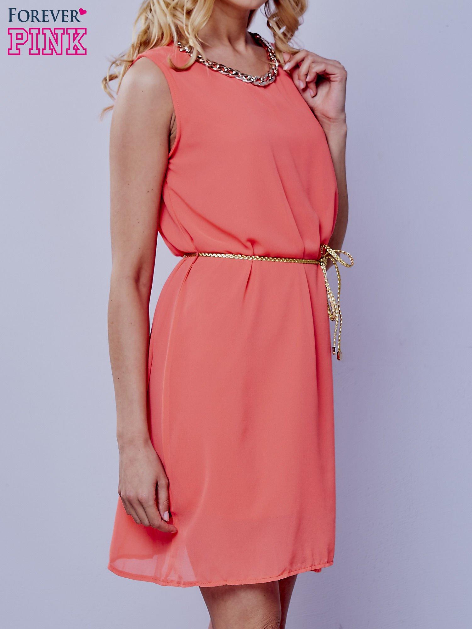 Koralowa sukienka ze złotym łańcuszkiem przy dekolcie                                  zdj.                                  2