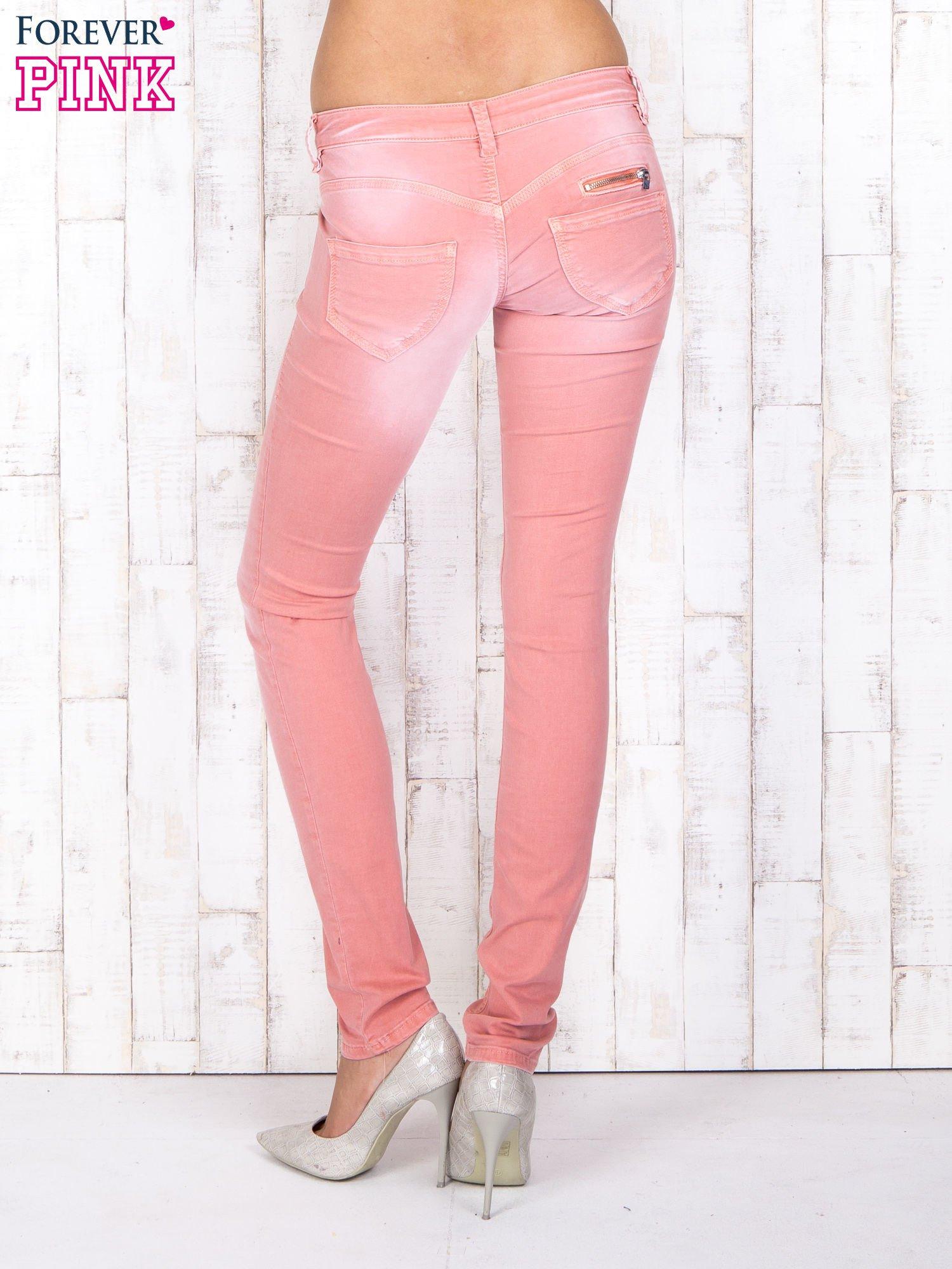 Koralowe materiałowe spodnie skinny z zasuwanymi kieszonkami                                  zdj.                                  2