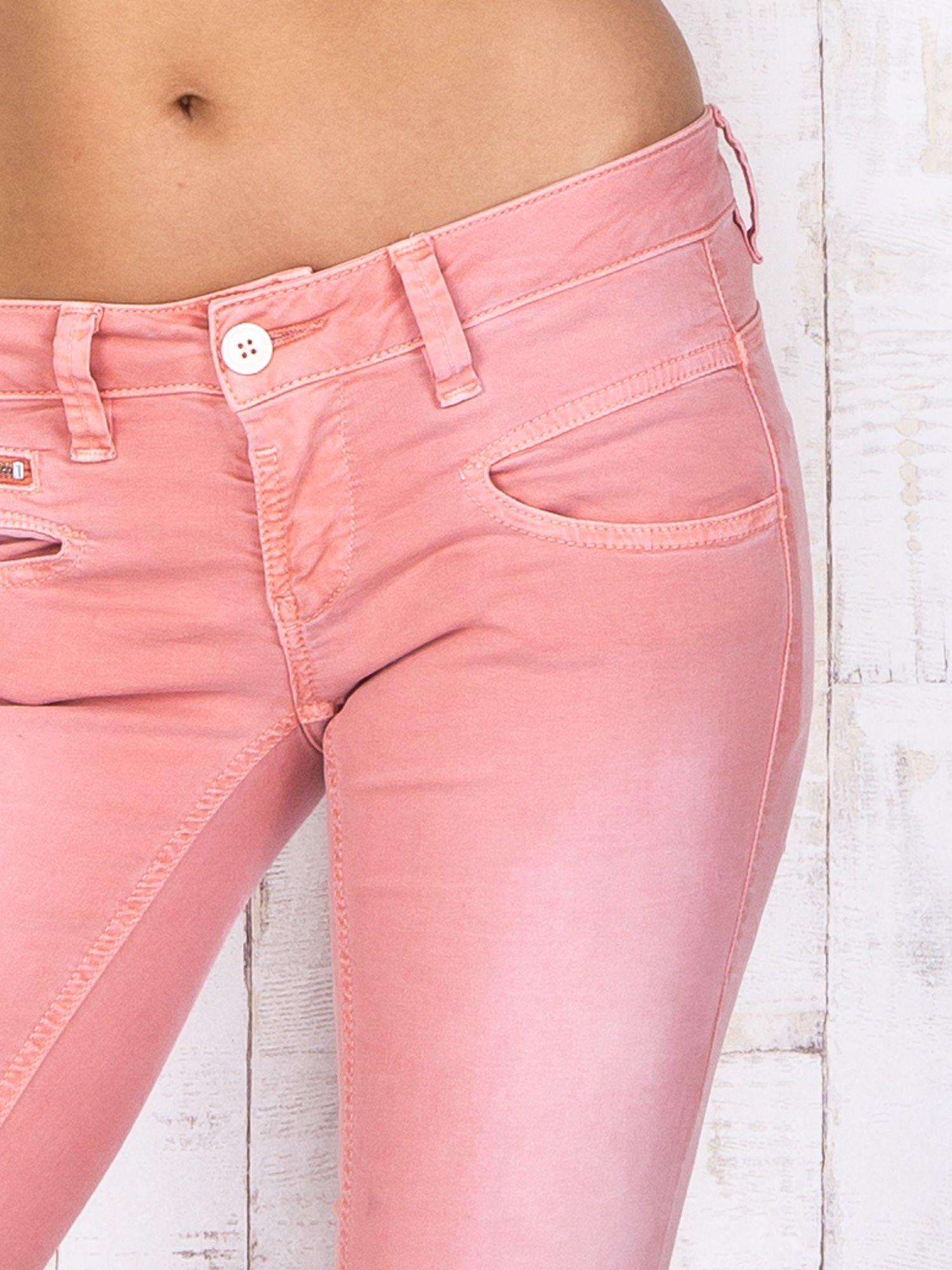 Koralowe materiałowe spodnie skinny z zasuwanymi kieszonkami                                  zdj.                                  4