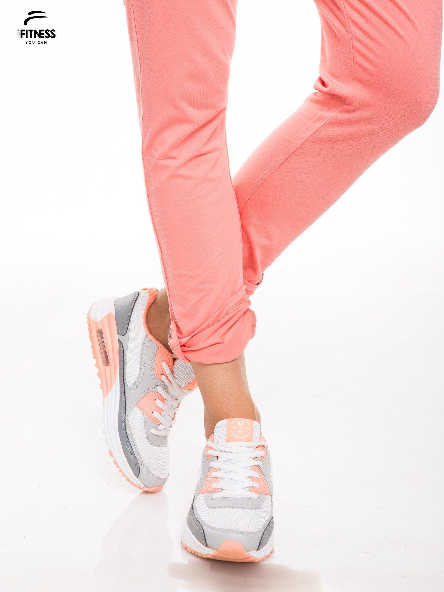 Koralowe spodnie dresowe damskie z podwijaną nogawką                                  zdj.                                  5