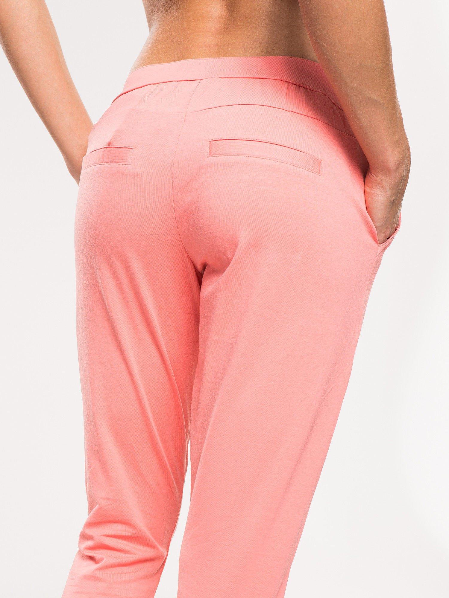 Koralowe spodnie dresowe damskie z podwijaną nogawką                                  zdj.                                  7