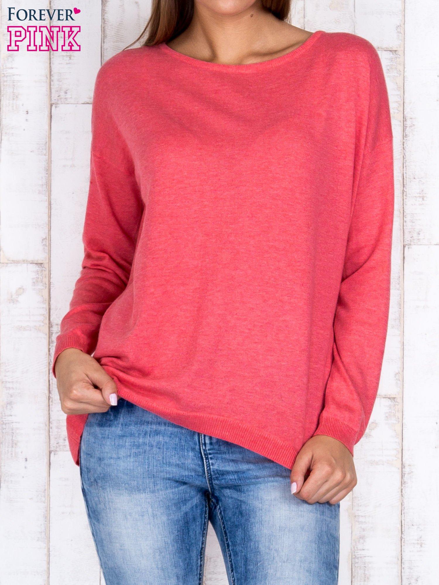 Koralowy nietoperzowy sweter oversize z dłuższym tyłem                                  zdj.                                  1