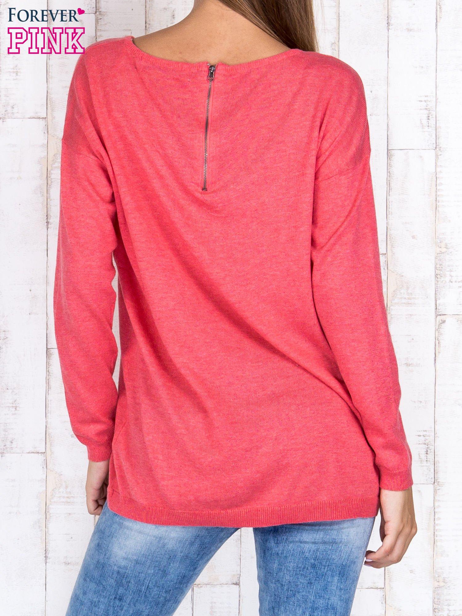Koralowy nietoperzowy sweter oversize z dłuższym tyłem                                  zdj.                                  4