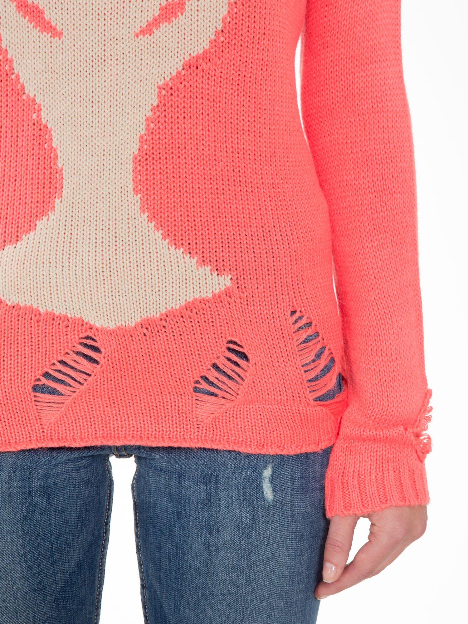 Koralowy sweter z jelonkiem i efektem destroyed                                  zdj.                                  6