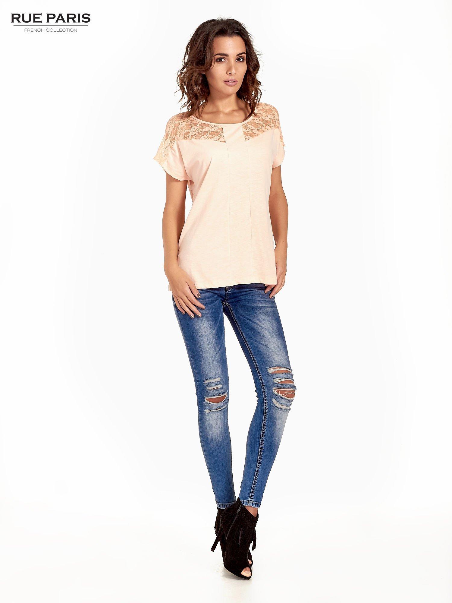 Koralowy t-shirt z koronkową aplikacją na górze                                  zdj.                                  5