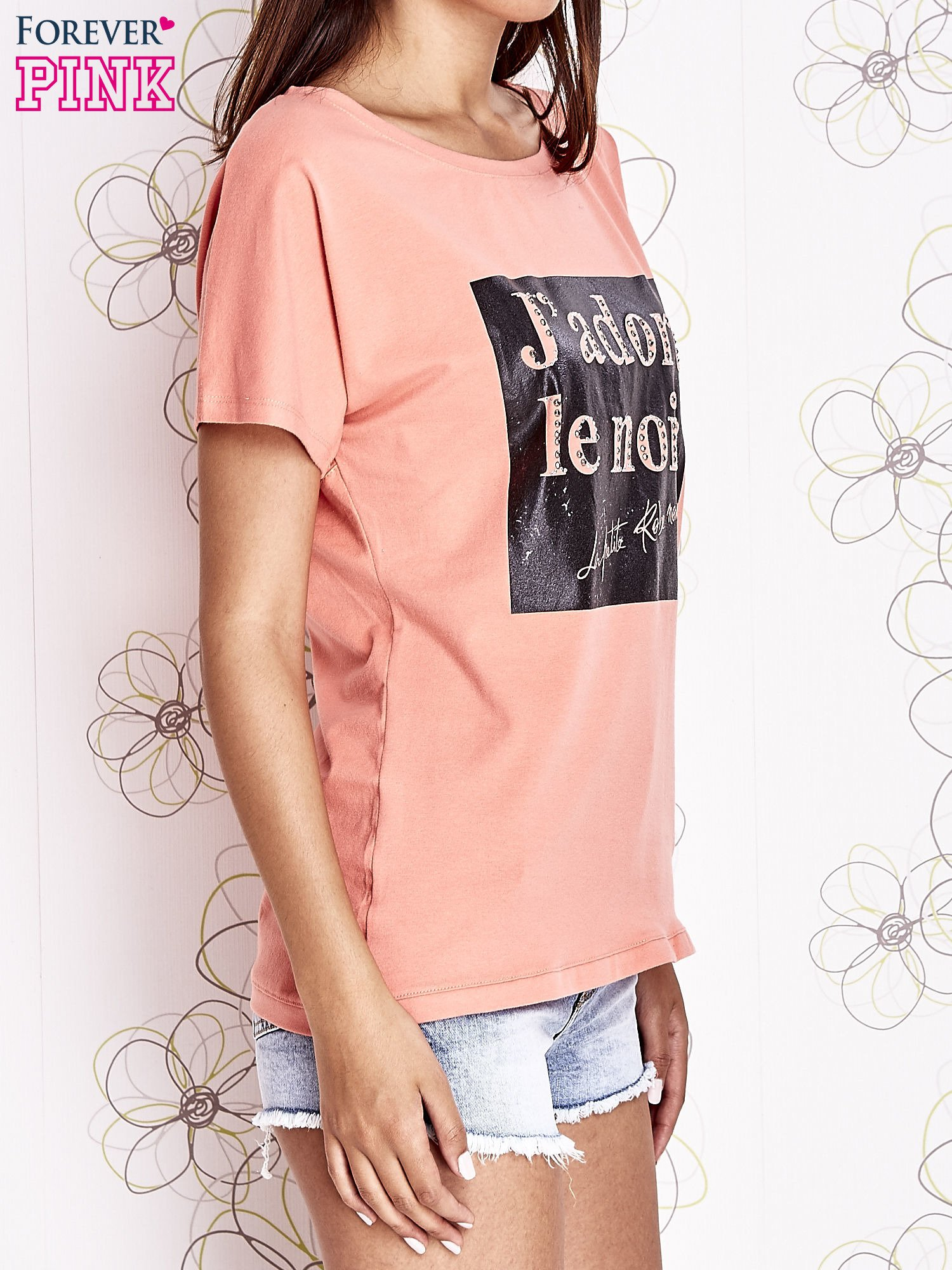 Koralowy t-shirt z napisem J'ADORE LE NOIR                                  zdj.                                  3