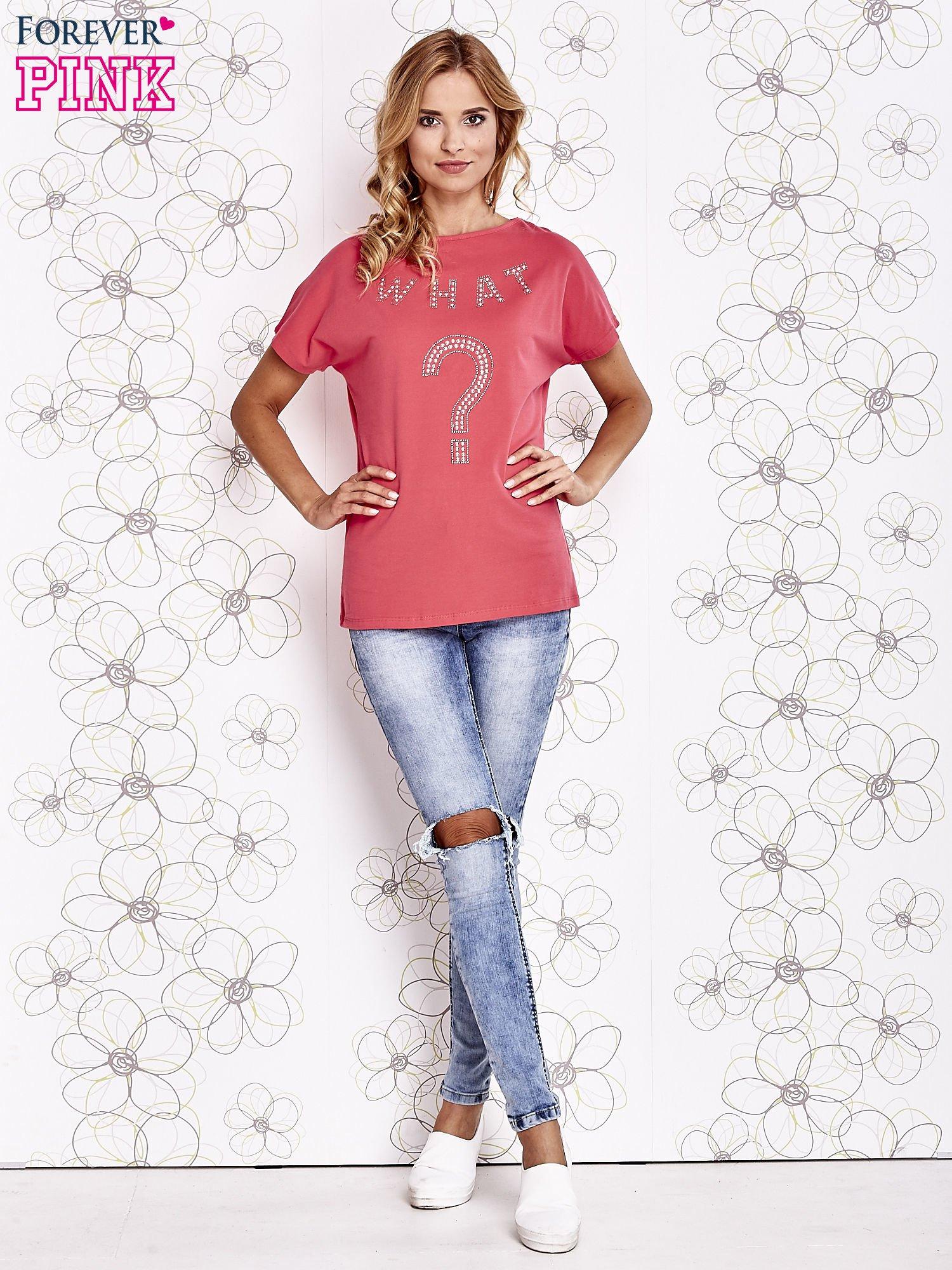 Koralowy t-shirt z napisem i trójkątnym wycięciem na plecach                                  zdj.                                  4