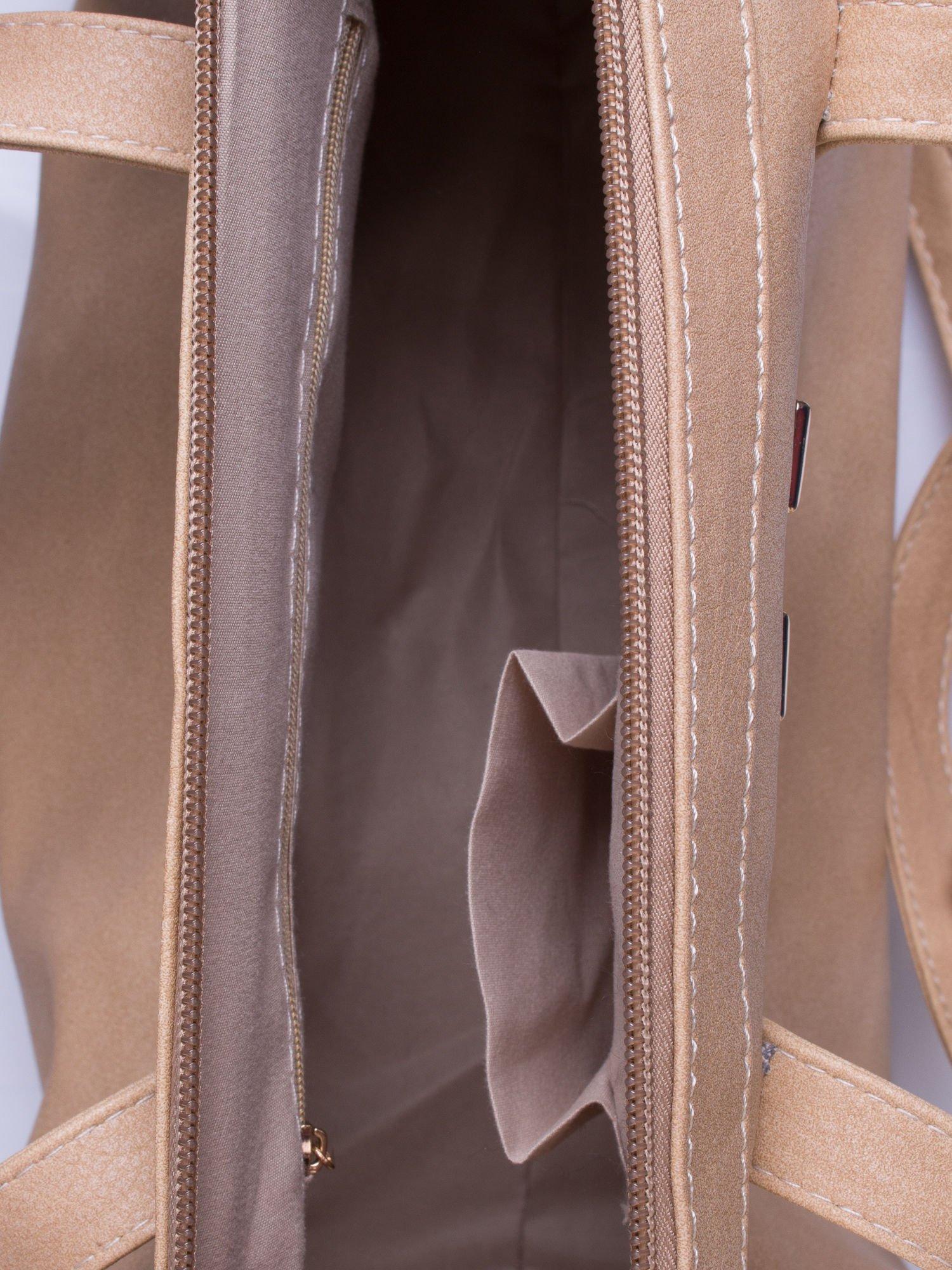 Kremowa torba na ramię ze złotym emblematem                                  zdj.                                  6