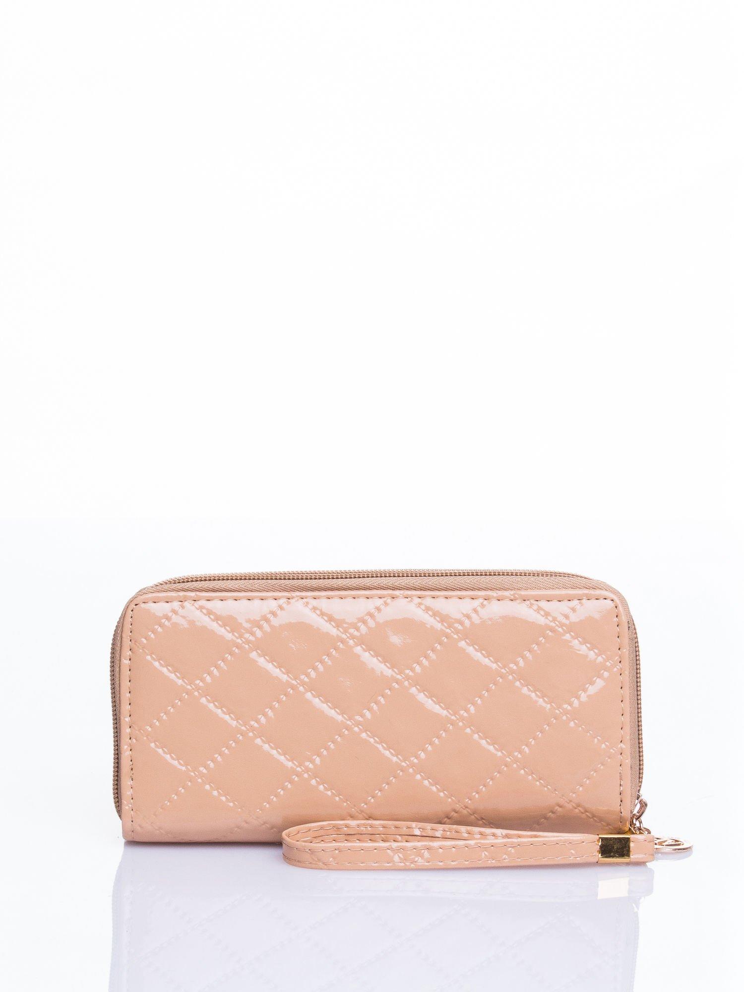 Kremowy lakierowany pikowany portfel                                  zdj.                                  1