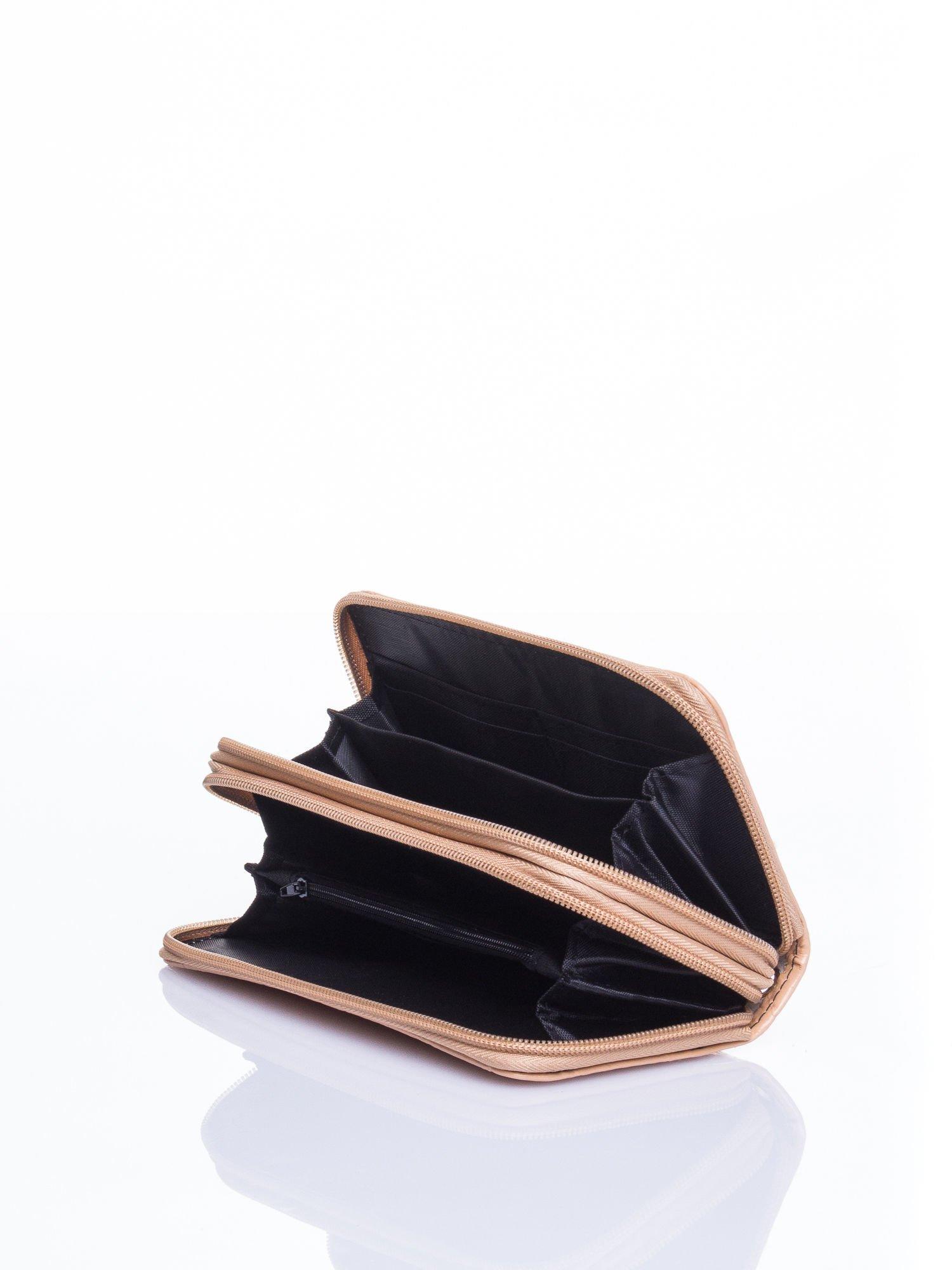 Kremowy lakierowany pikowany portfel                                  zdj.                                  4