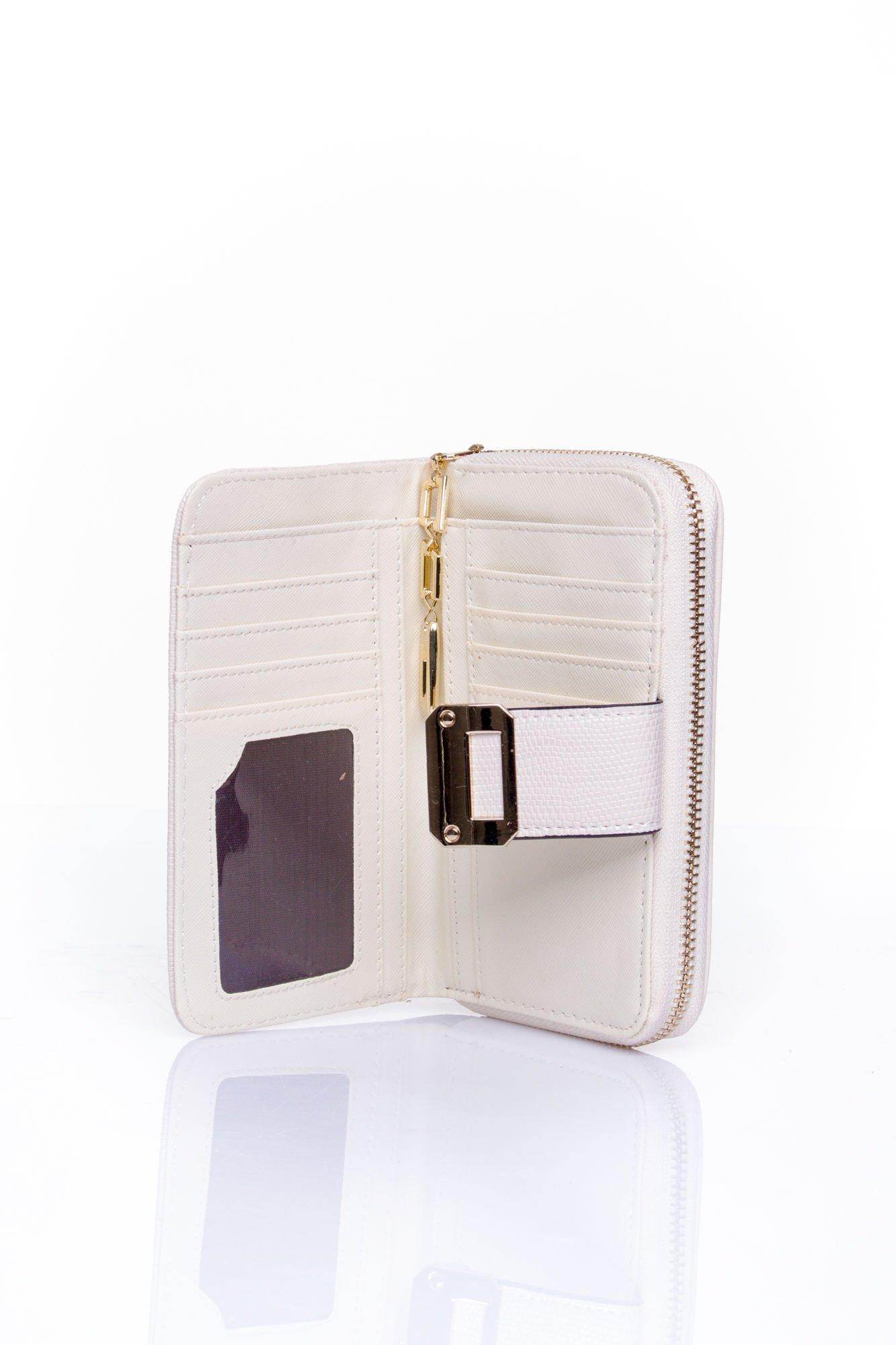 Kremowy portfel z ozdobną złotą klamrą                                  zdj.                                  4