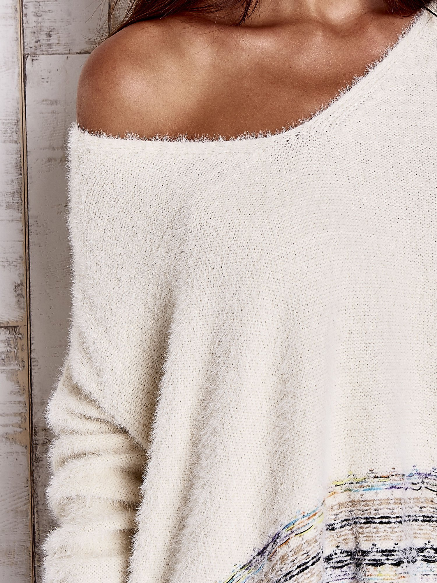 Kremowy włochaty sweter oversize z kolorową nitką                                   zdj.                                  6