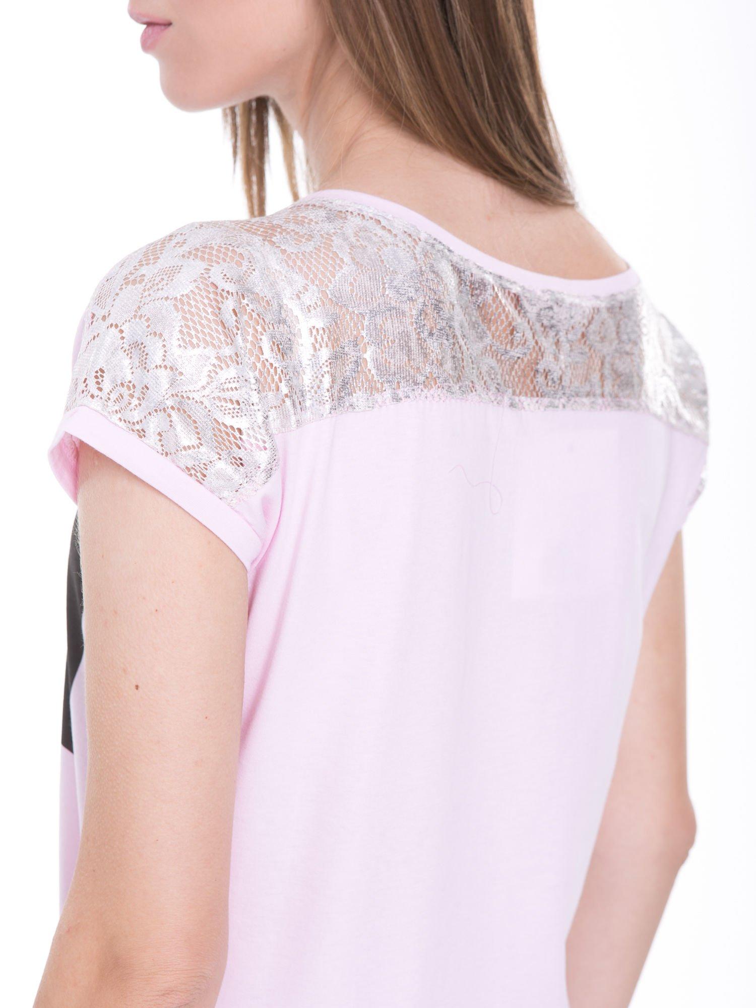 Liliowy t-shirt z metalicznym nadrukiem HARD i koronkową wstawką z tyłu                                  zdj.                                  10