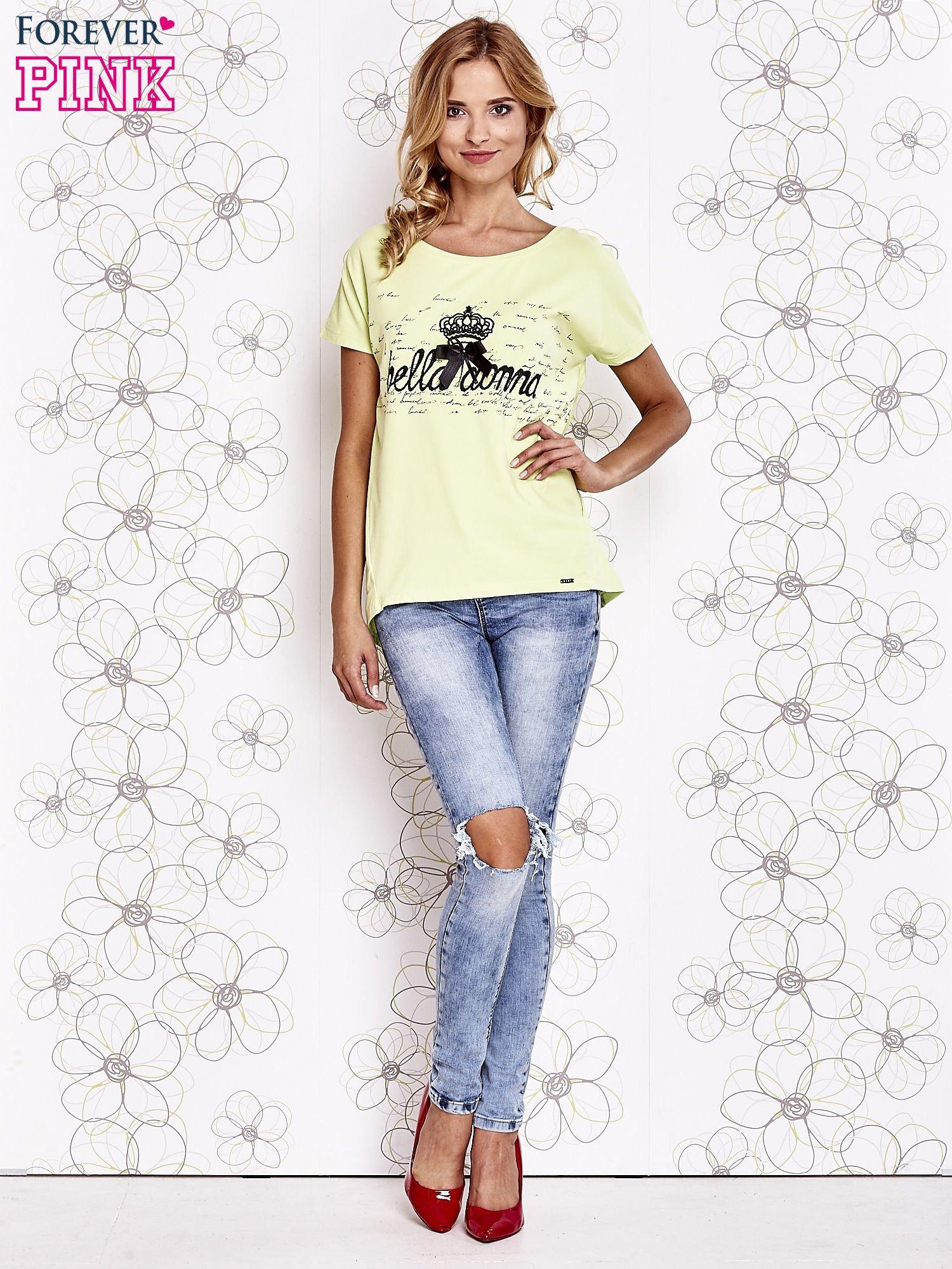 Limonkowy t-shirt z ozdobnym napisem i kokardą                                  zdj.                                  4