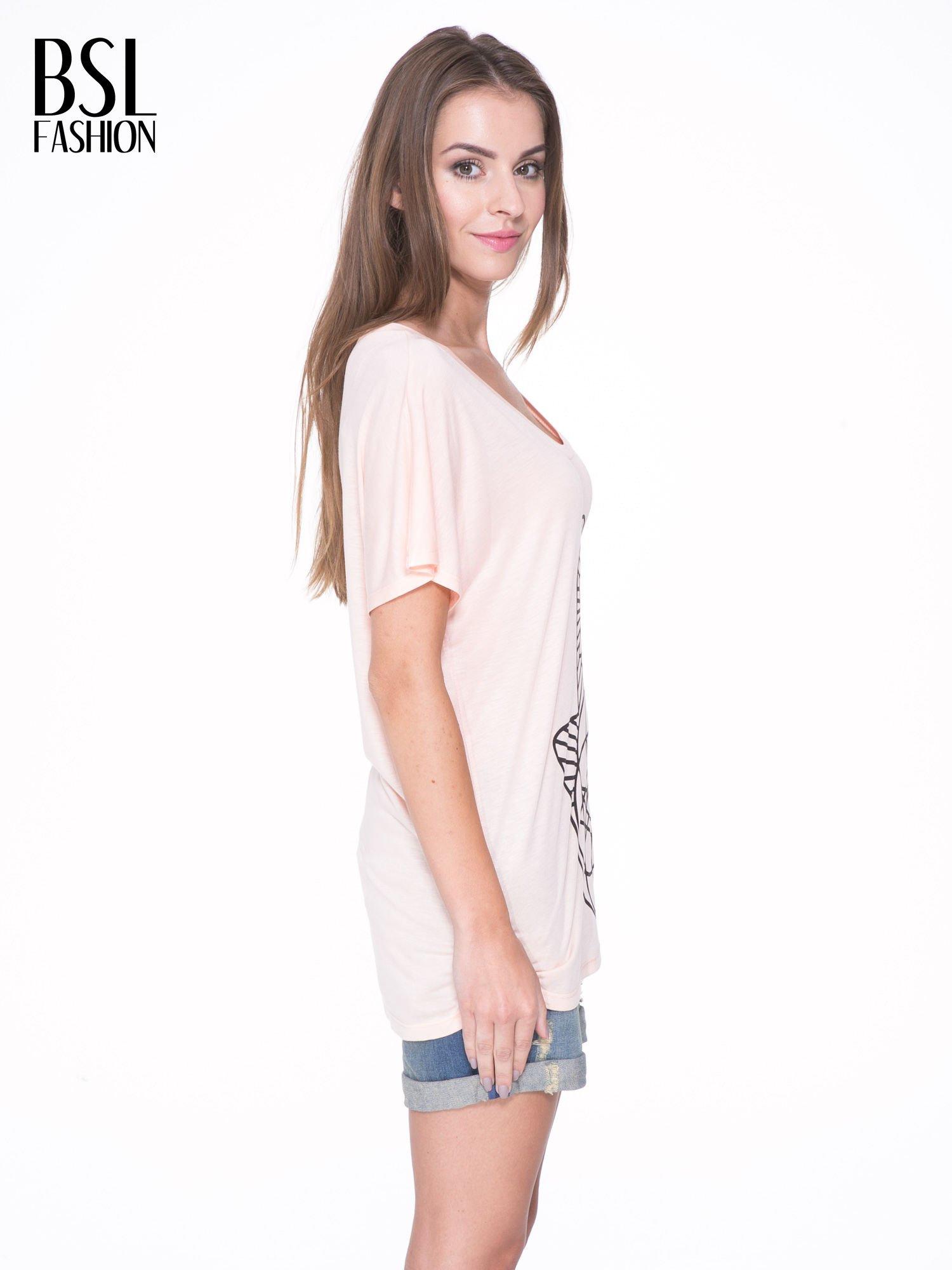 Łososiowy t-shirt z ornamentowym nadrukiem                                  zdj.                                  3