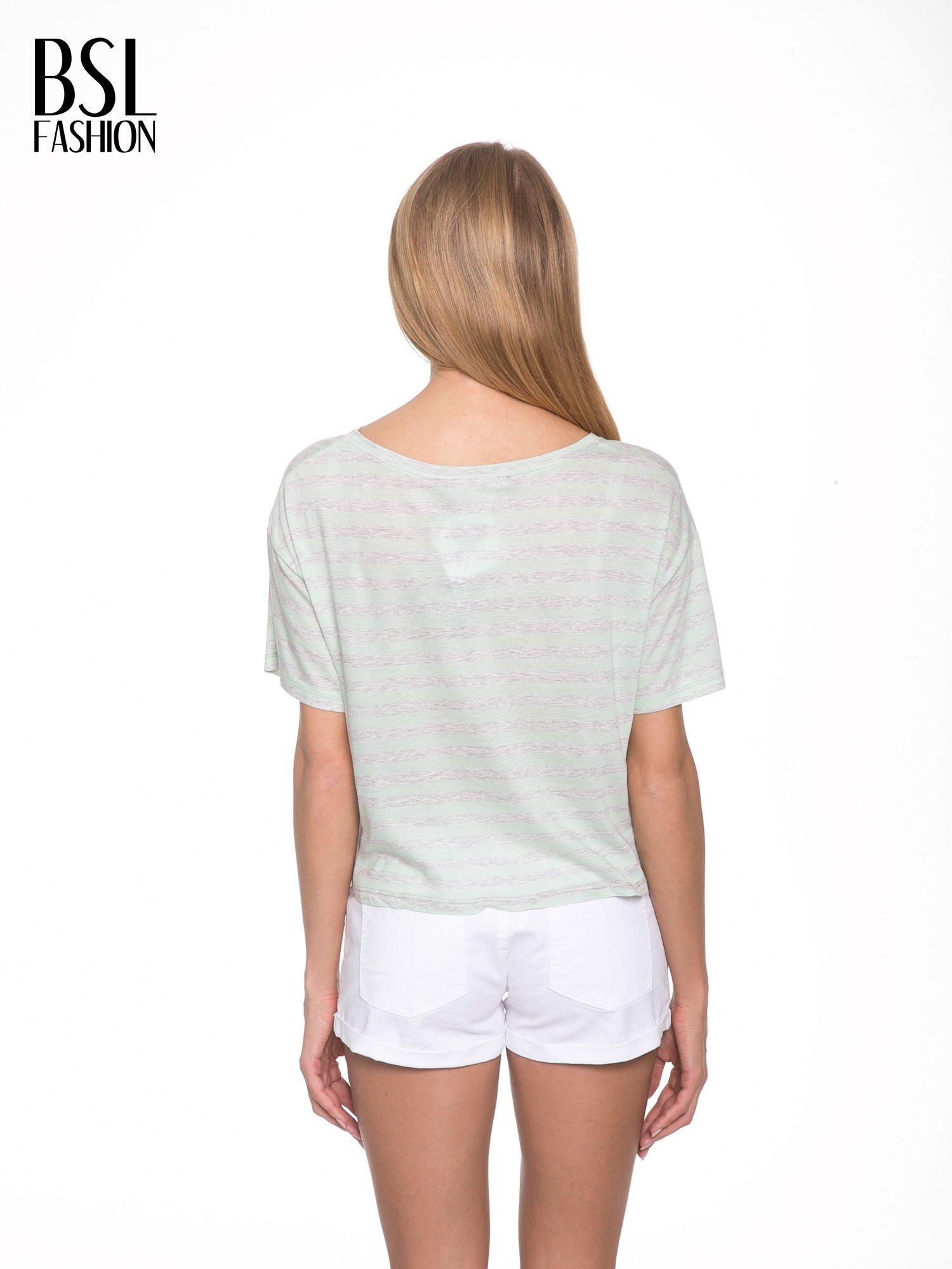 Luźny krótki t-shirt z kieszonką w zielone paski                                  zdj.                                  4