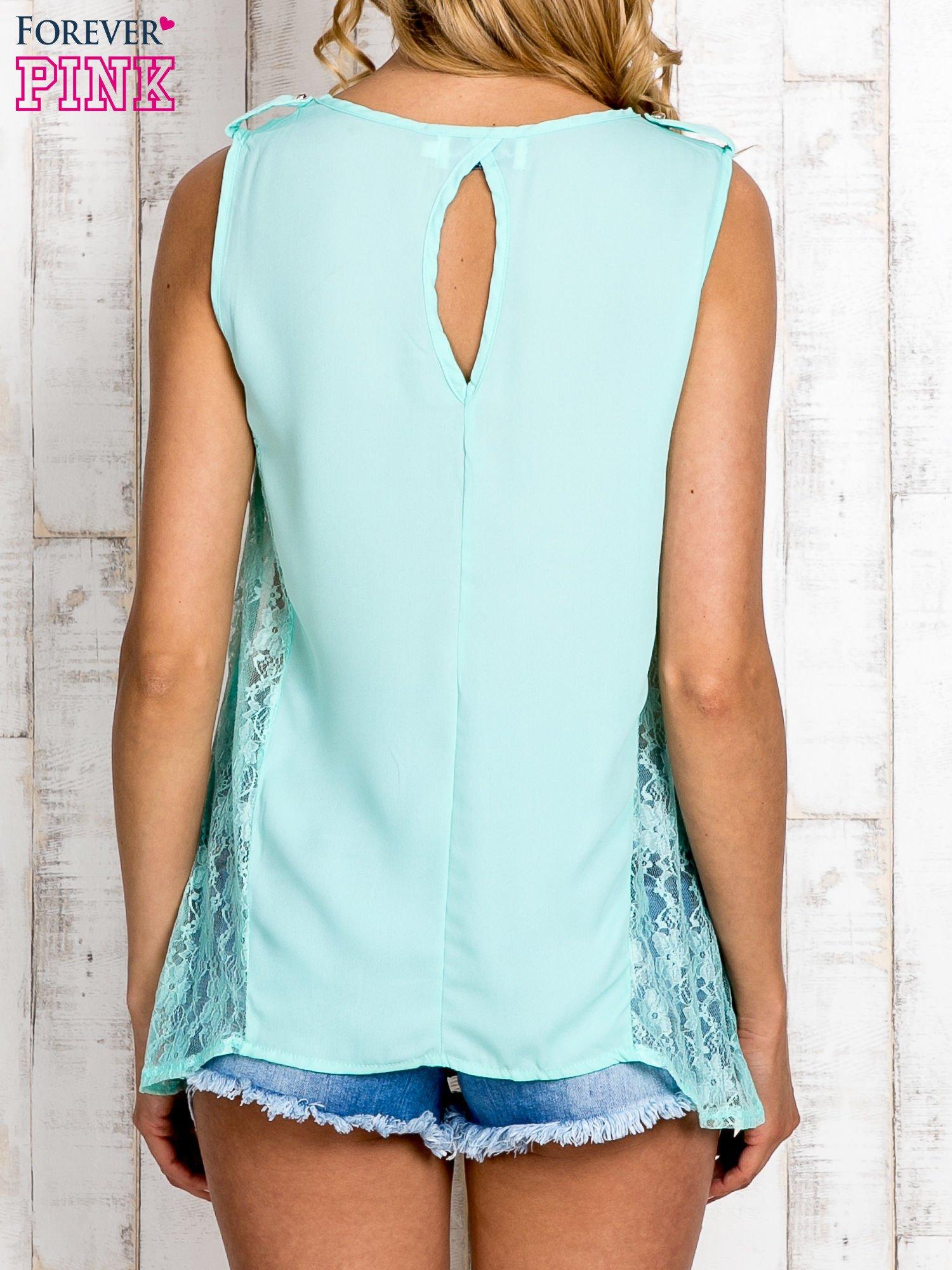 Miętowa bluzka koszulowa z koronkowymi wstawkami na bokach                                  zdj.                                  4