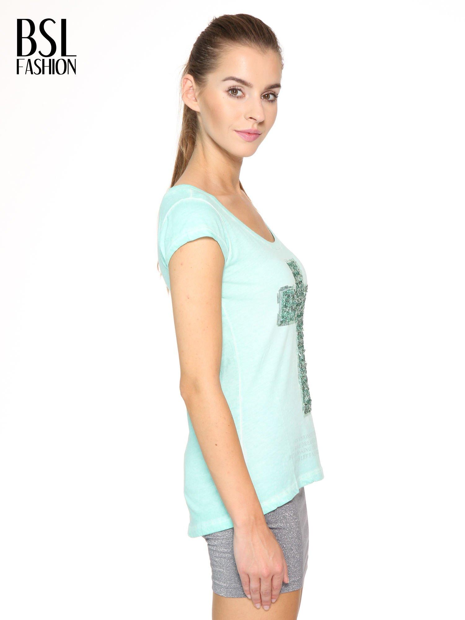 Miętowy t-shirt z cekinowym krzyżem                                  zdj.                                  3