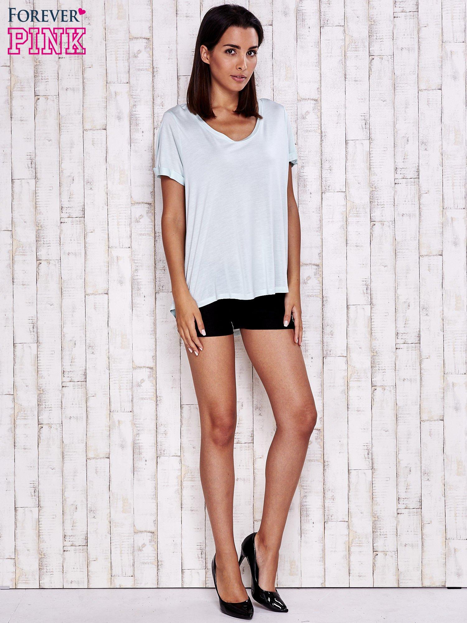 Miętowy t-shirt z przedłużanym tyłem                                  zdj.                                  4