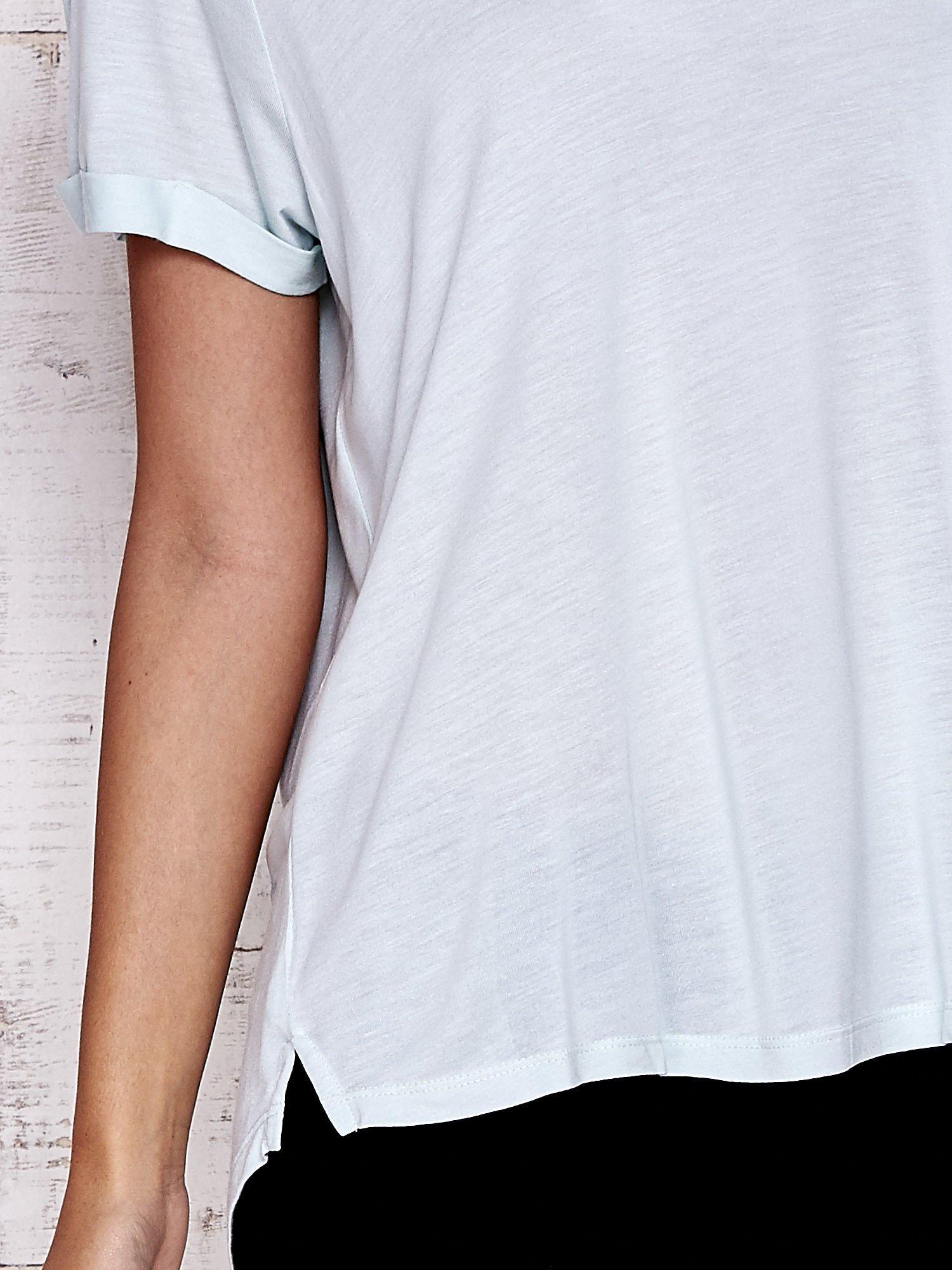 Miętowy t-shirt z przedłużanym tyłem                                  zdj.                                  5