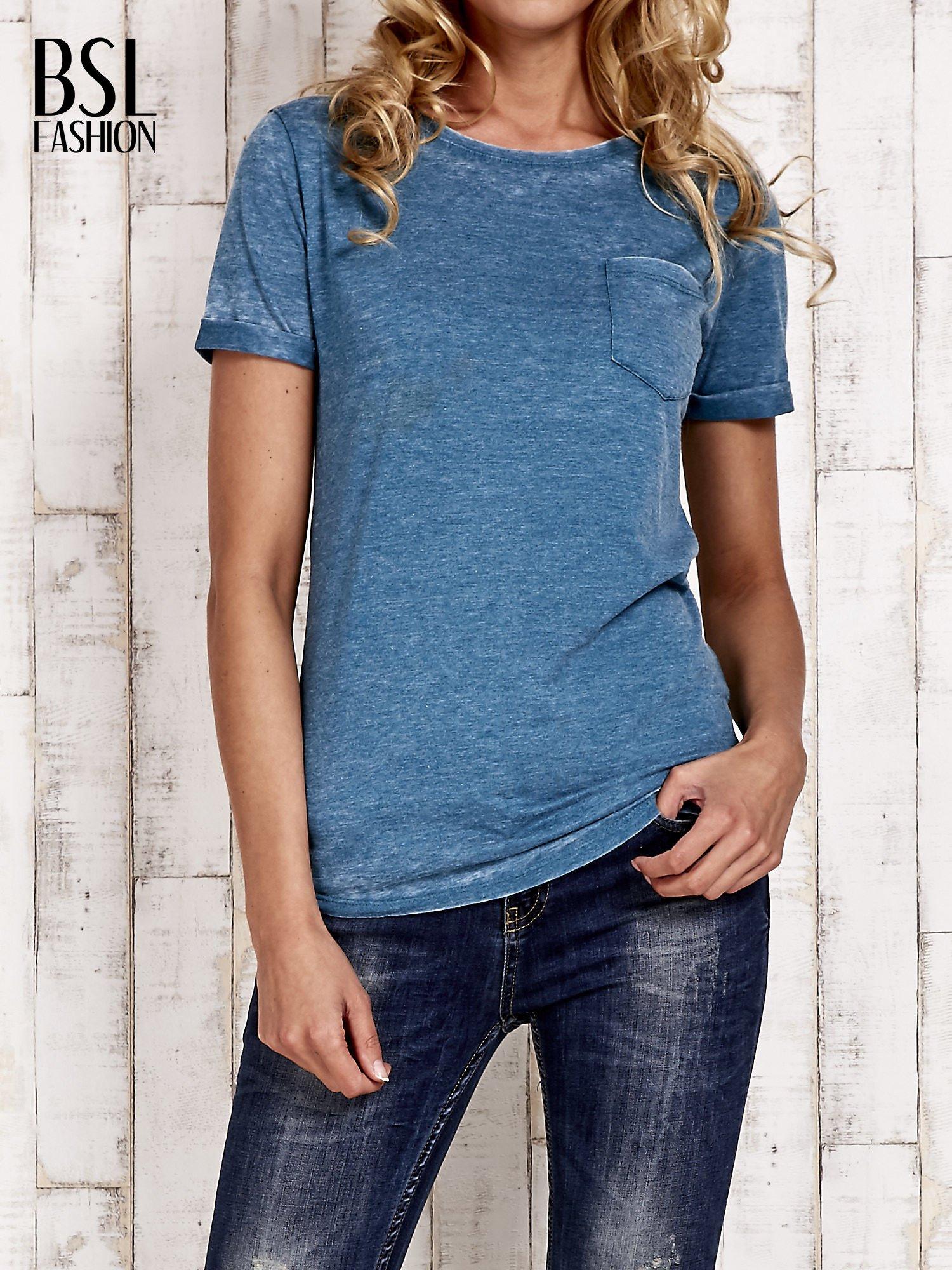 Morski t-shirt z podwijanymi rękawkami efekt acid wash                                  zdj.                                  1