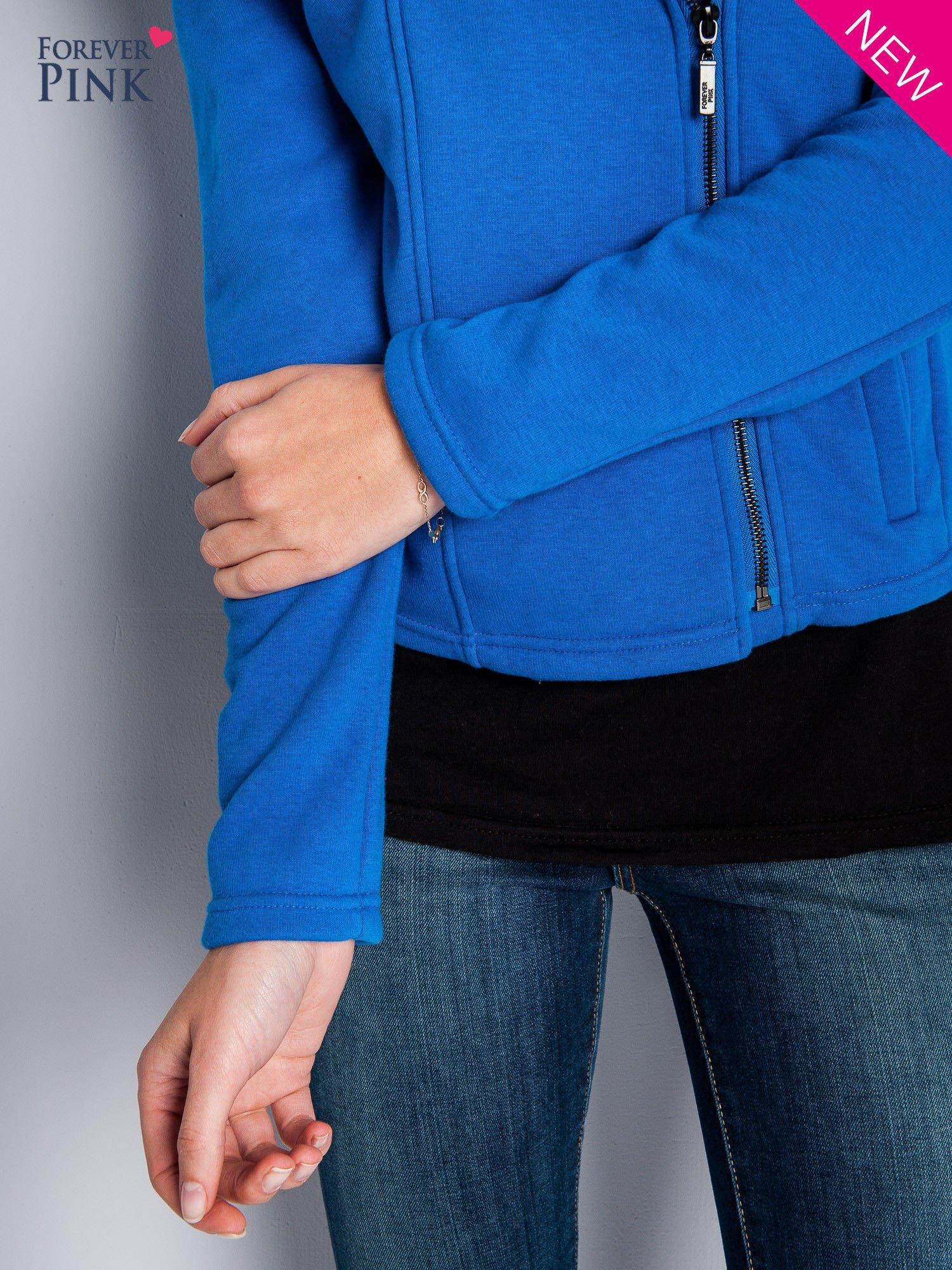 Niebieska bluza o kroju ramoneski z asymetrycznym suwakiem                                  zdj.                                  4