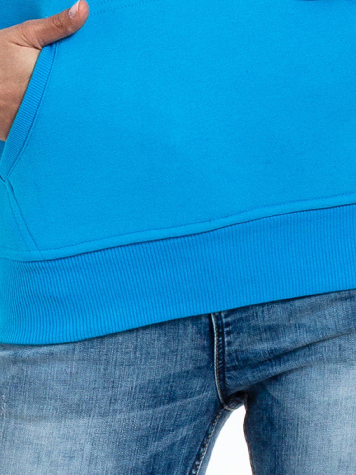 Niebieska bluza sportowa z kapturem i nadrukiem w romby                                  zdj.                                  6