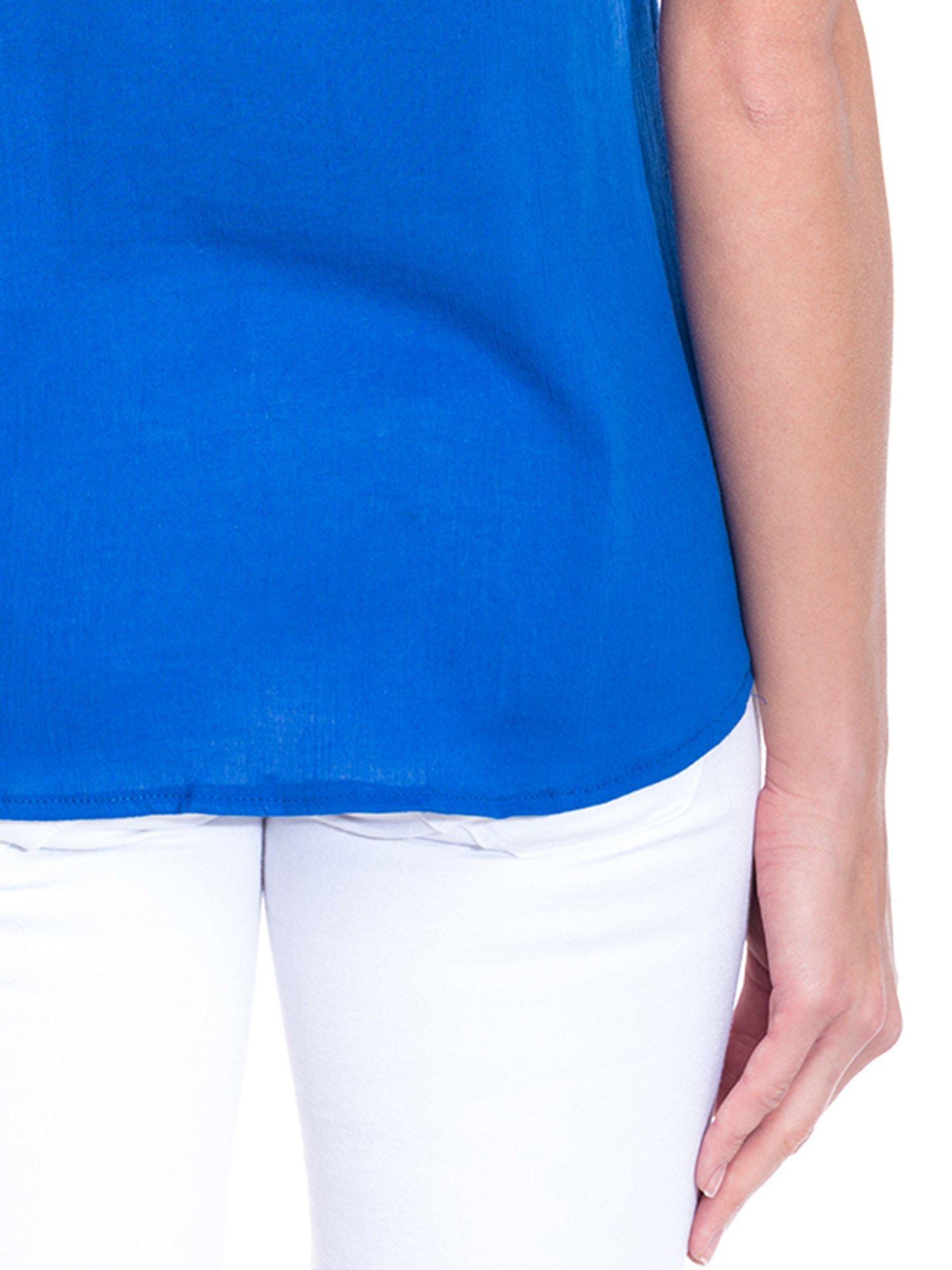 Niebieska bluzka koszulowa z haftem i ażurowaniem przy dekolcie                                  zdj.                                  7