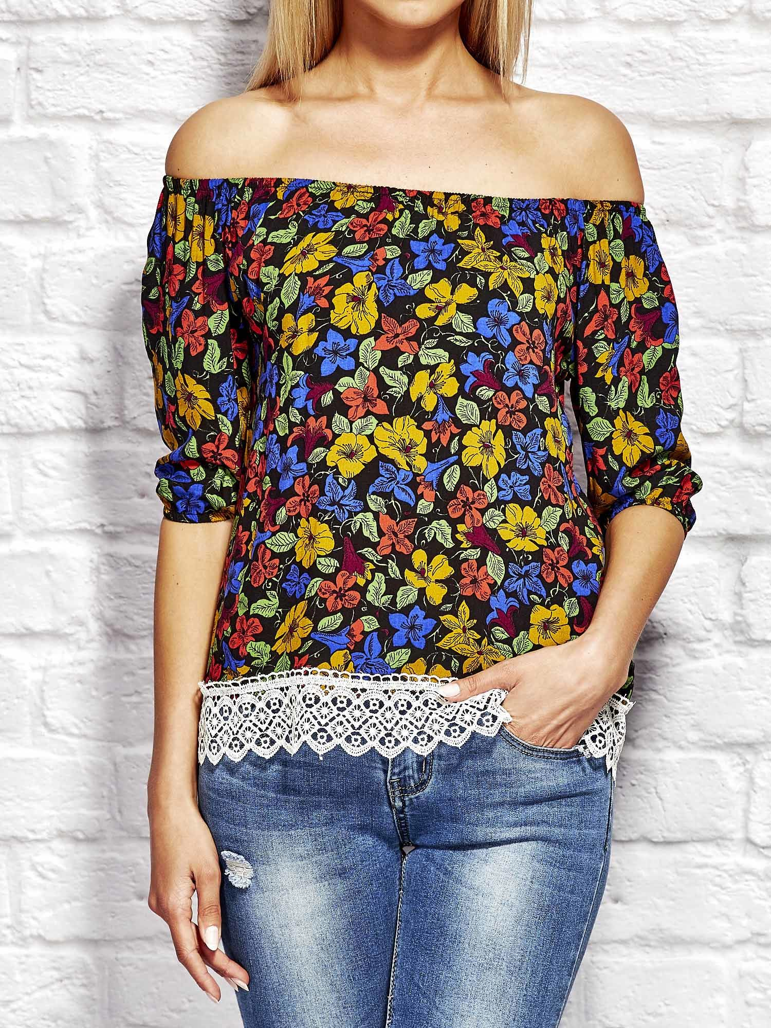 c5f2d3dfa655 Niebieska bluzka w kolorowe kwiaty - Bluzka wizytowa - sklep eButik.pl