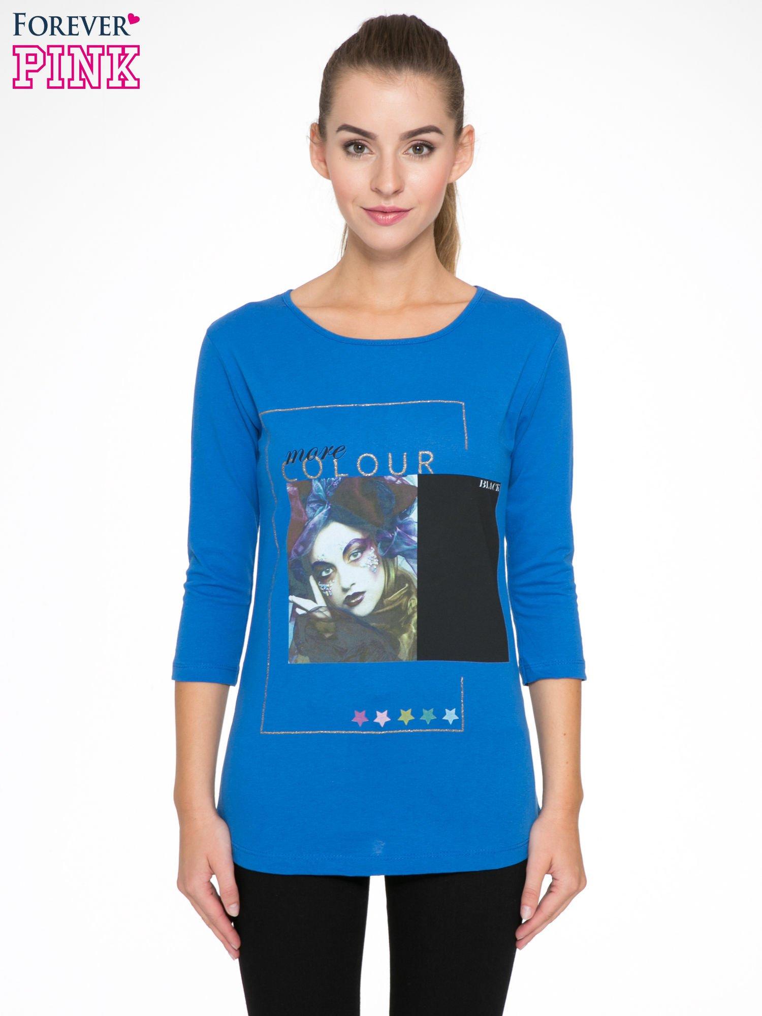 Niebieska bluzka z nadrukiem fashion i napisem MORE COLOUR                                  zdj.                                  1