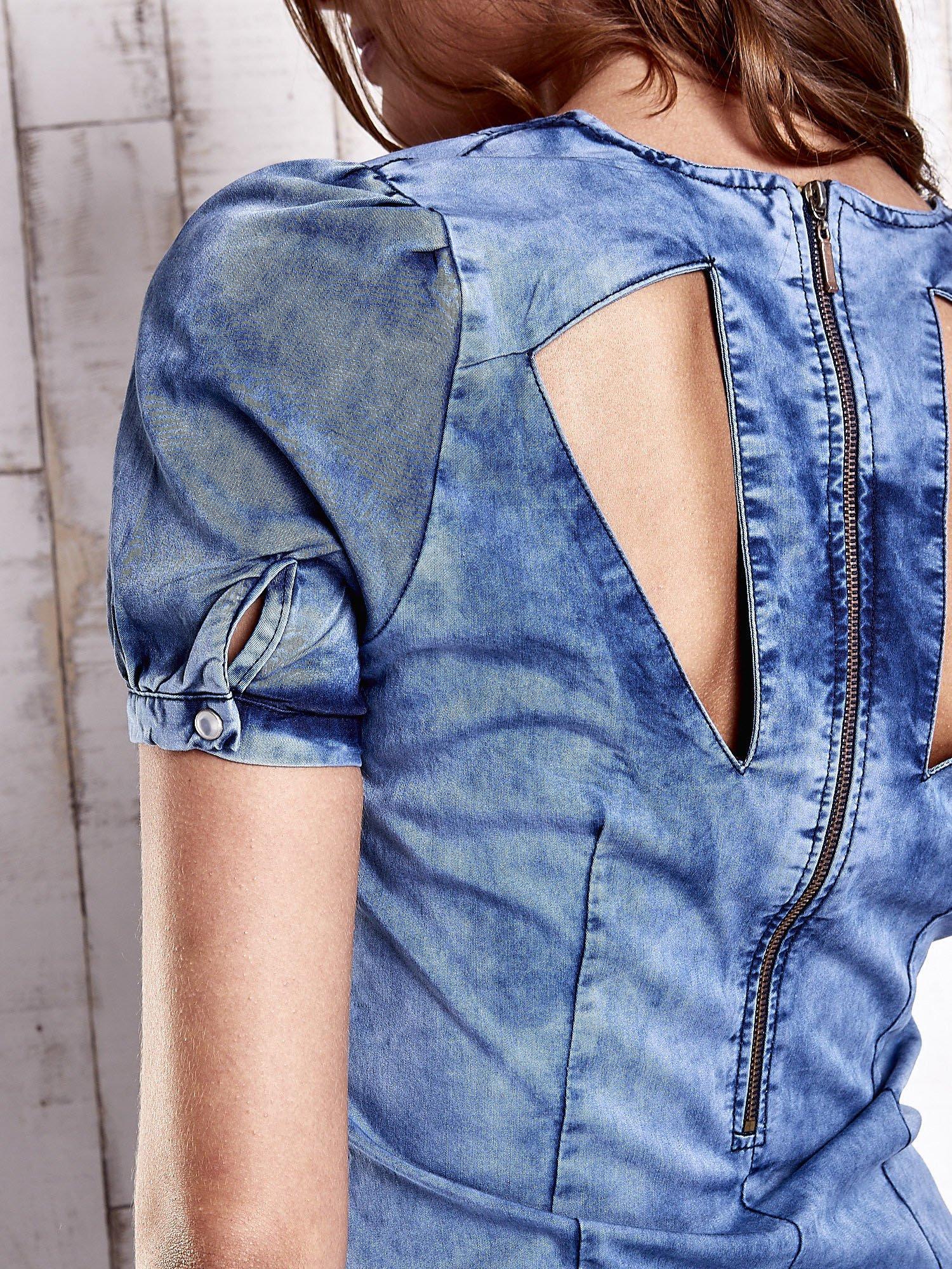 Niebieska denimowa sukienka z wycięciami na plecach                                  zdj.                                  7