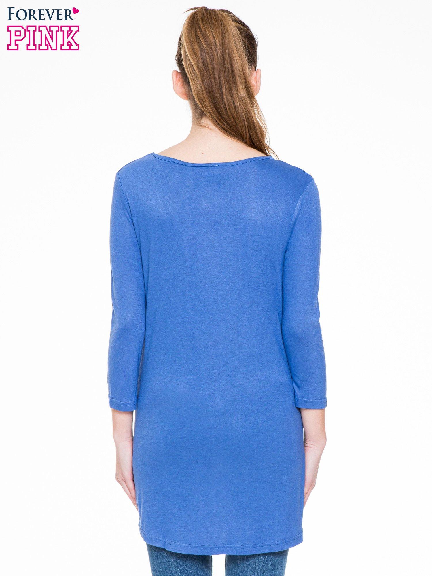 Niebieska gładka bluzka z dłuższym tyłem                                  zdj.                                  4