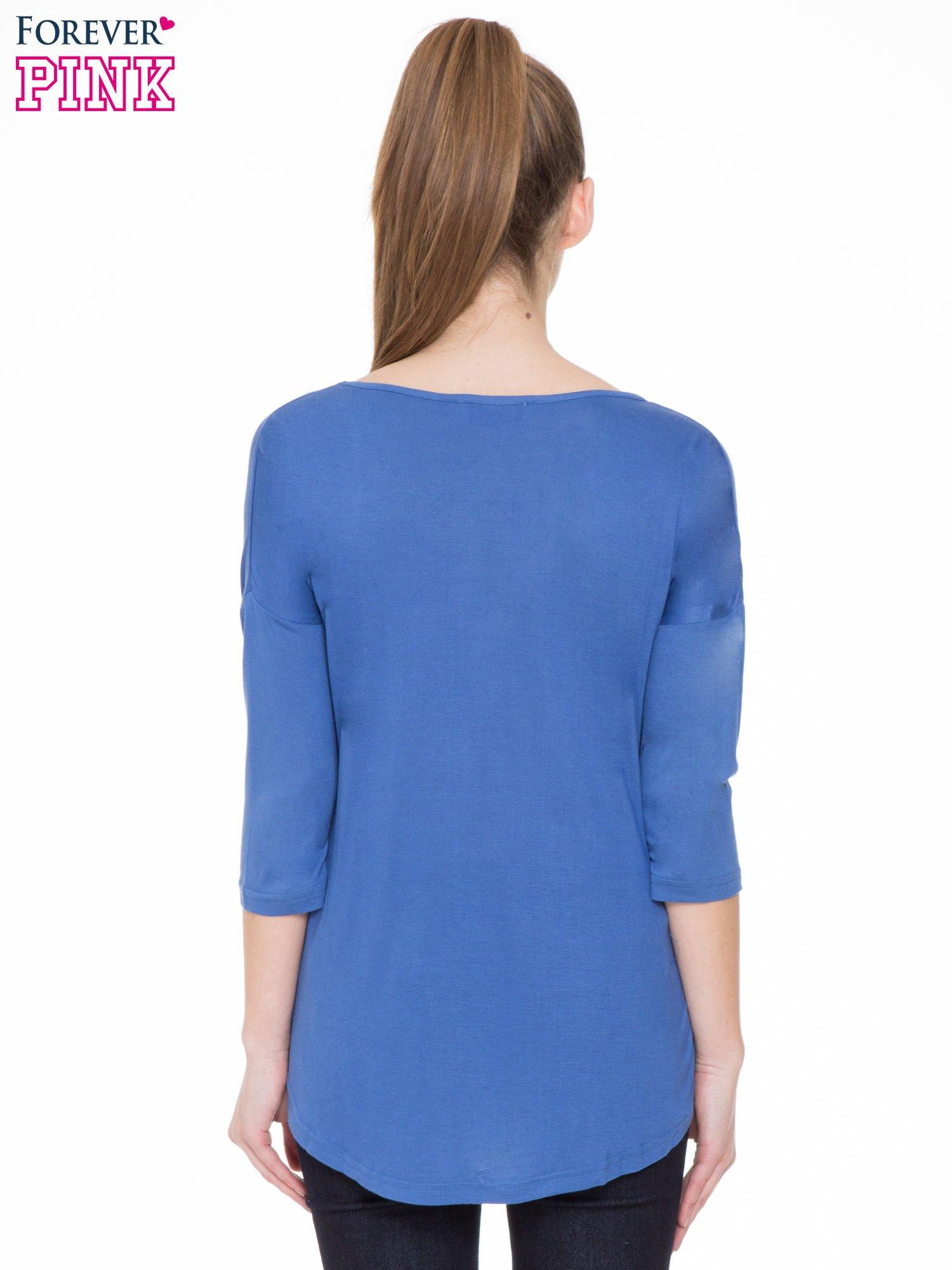 Niebieska gładka bluzka z ozdobnymi przeszyciami                                  zdj.                                  4