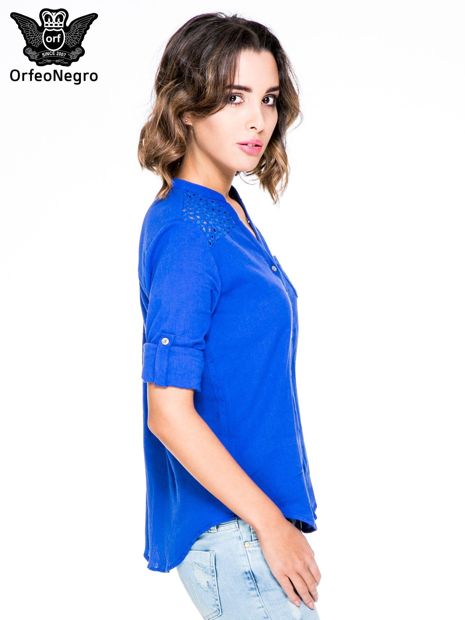 Niebieska koszula z ażurowaniem na górze i kieszonką                                  zdj.                                  5