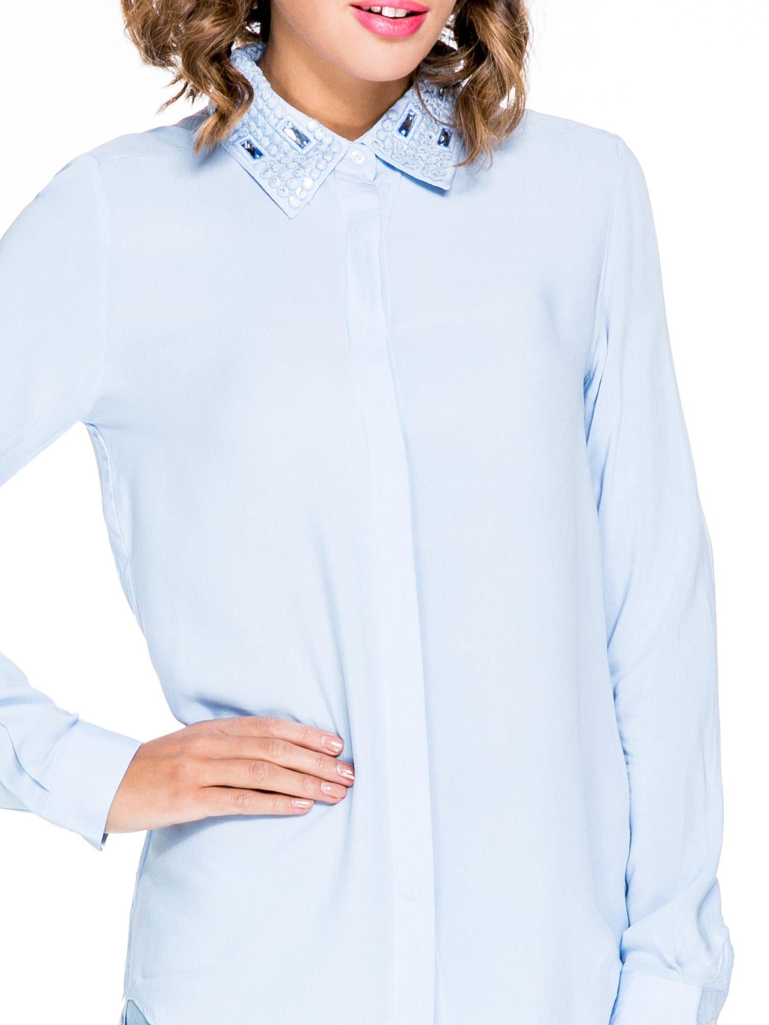 Niebieska koszula z biżuteryjnym kołnierzykiem                                  zdj.                                  6