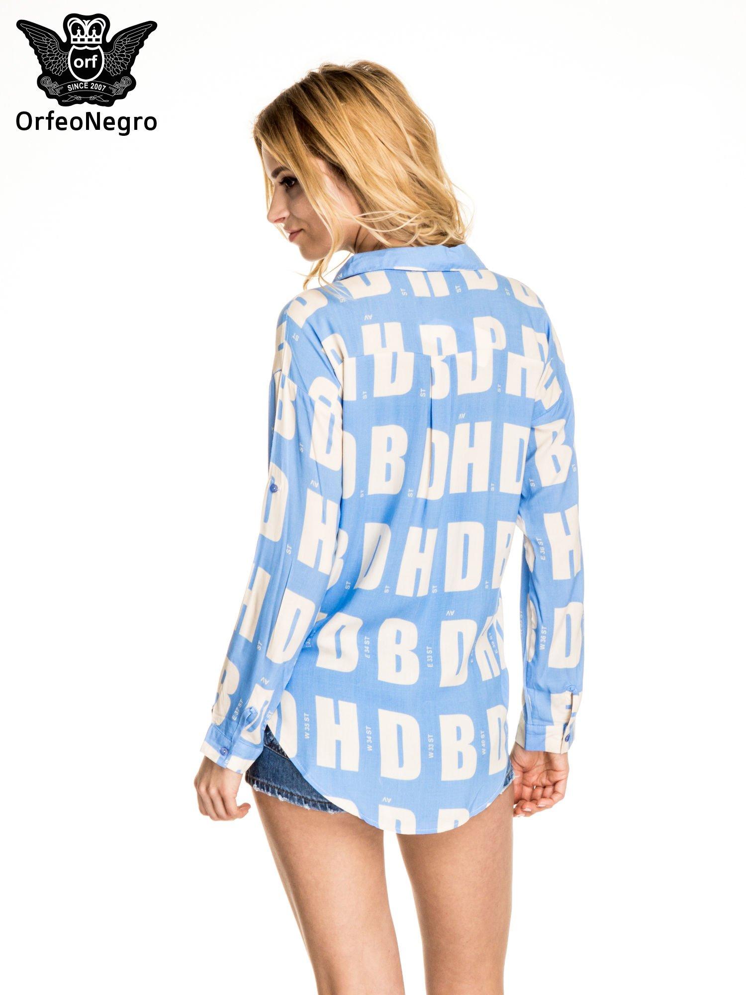 Niebieska koszula z nadrukiem literowym                                  zdj.                                  4