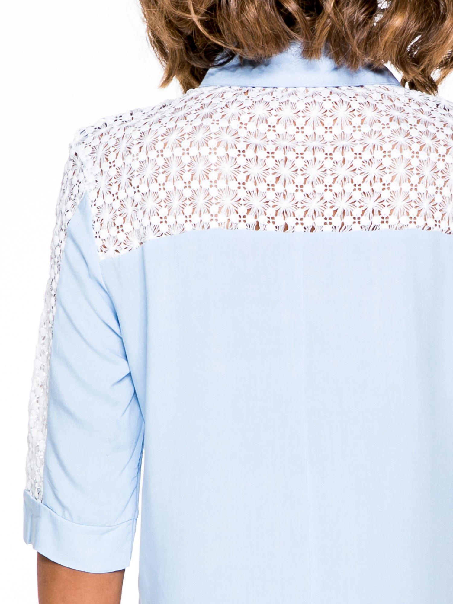 Niebieska koszula z rękawem do łokcia i koronką                                  zdj.                                  6