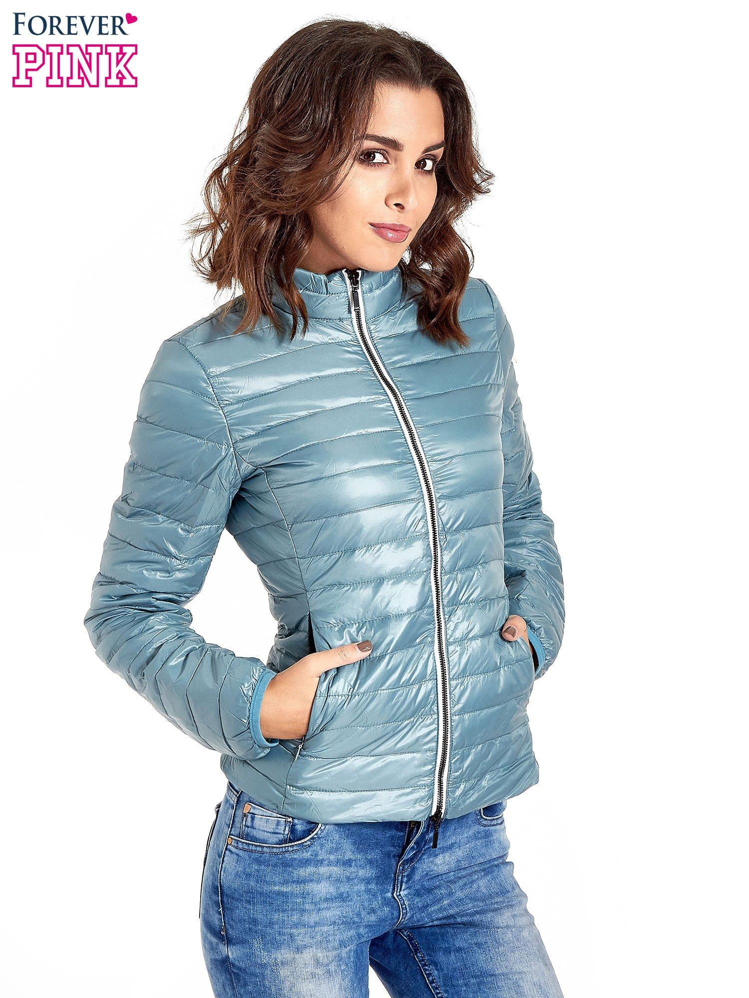 Niebieska lekka kurtka puchowa z kontrastowym zamkiem                                  zdj.                                  1