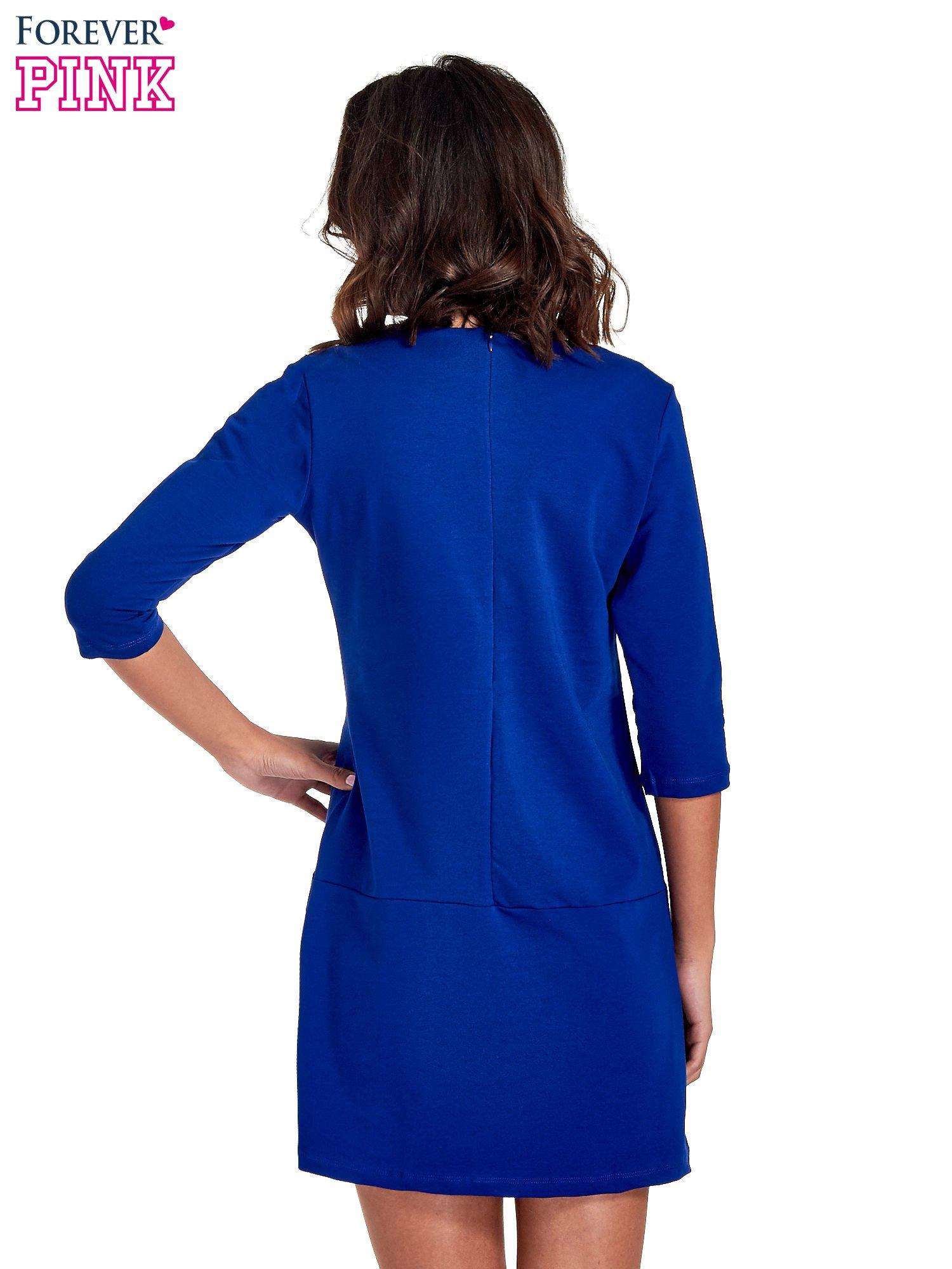 Niebieska prosta sukienka z kieszeniami                                   zdj.                                  4