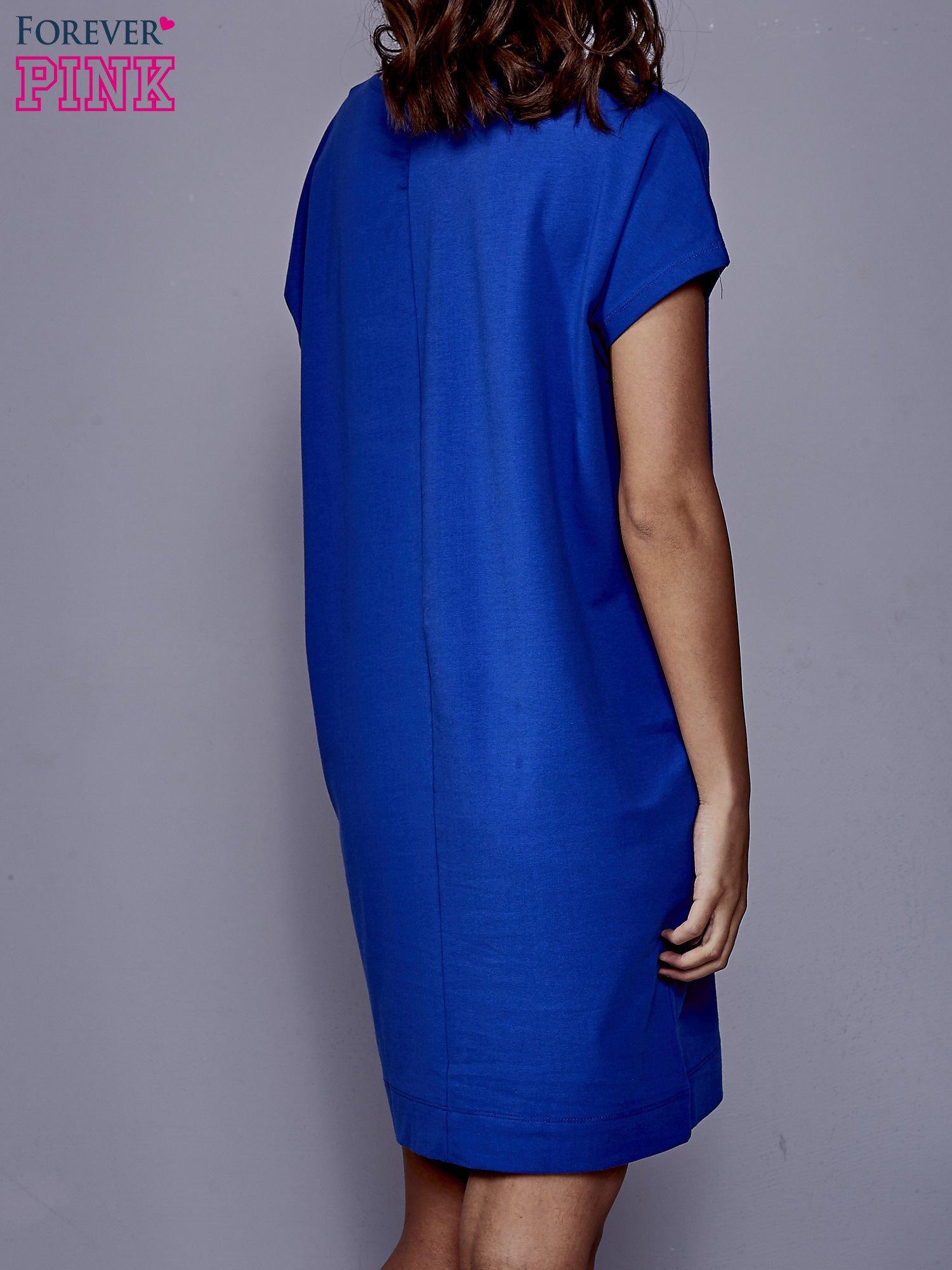 Niebieska sukienka dresowa z kieszeniami po bokach                                  zdj.                                  4