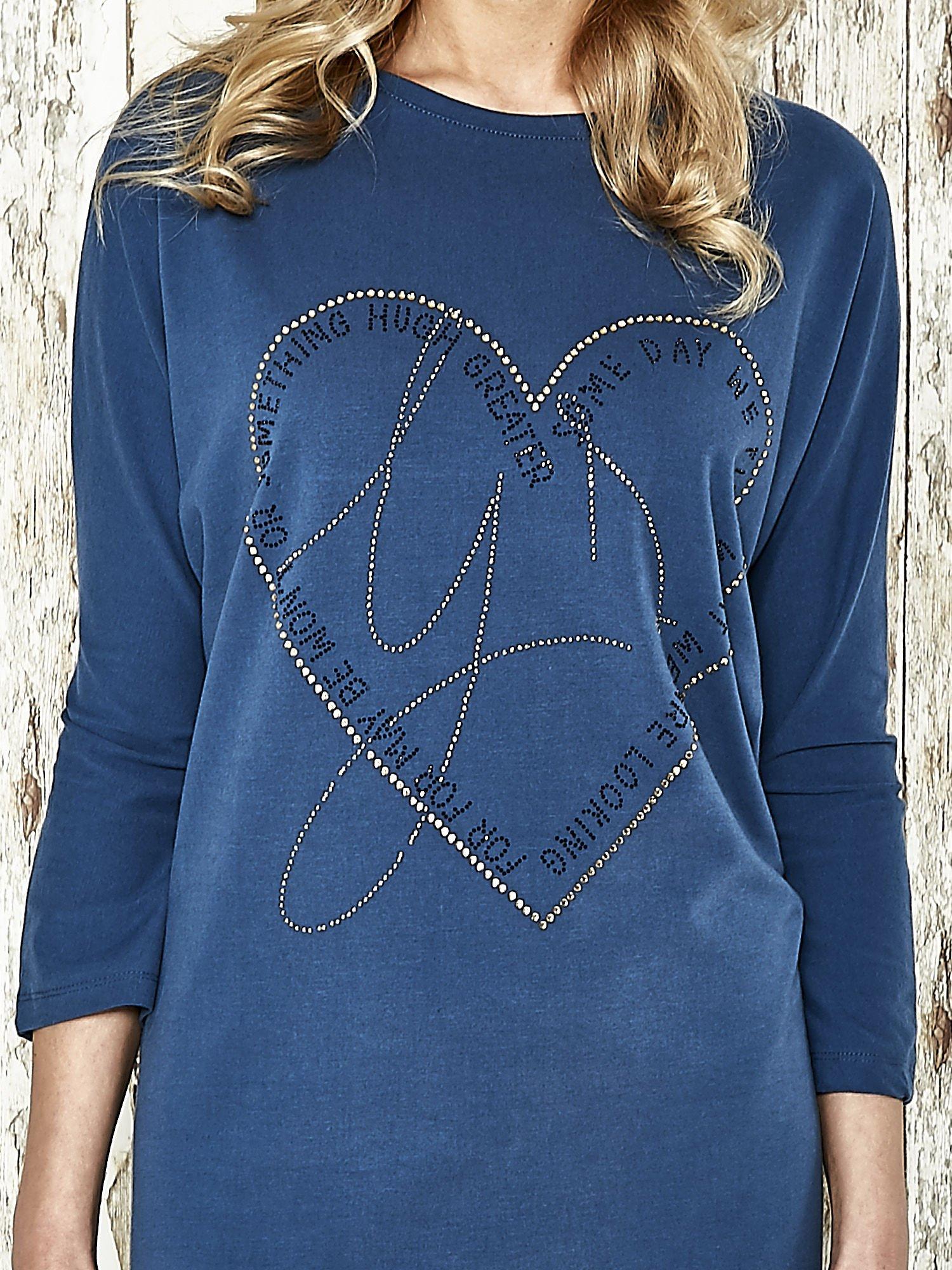 Niebieska sukienka dresowa z sercem z dżetów                                  zdj.                                  4