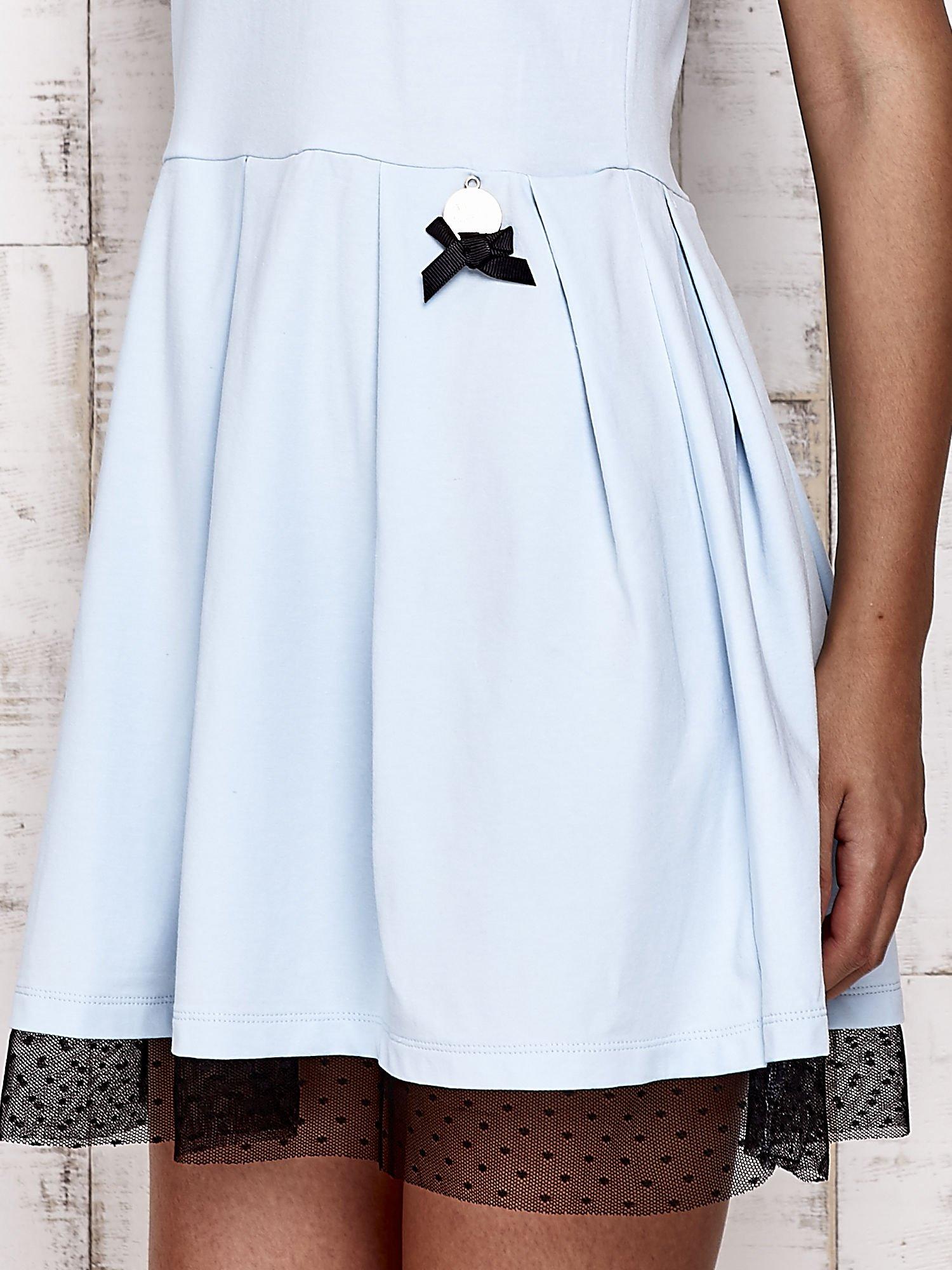 Niebieska sukienka dresowa z tiulem w groszki                                  zdj.                                  3