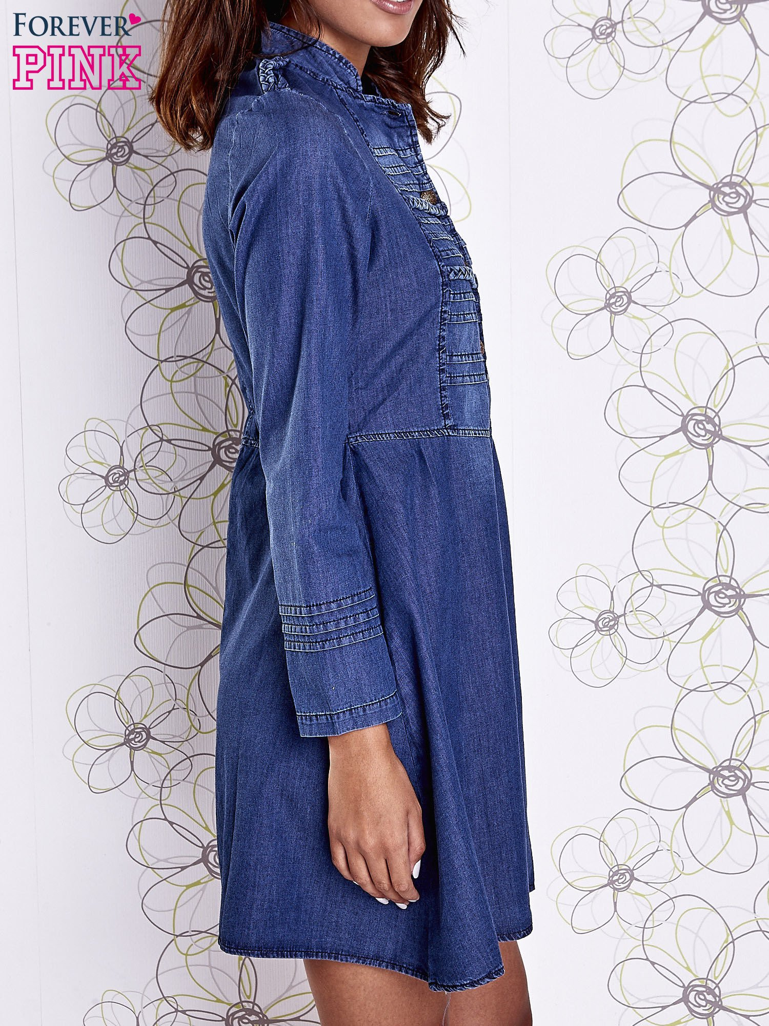 Niebieska sukienka jeansowa z plecionymi elementami                                  zdj.                                  4