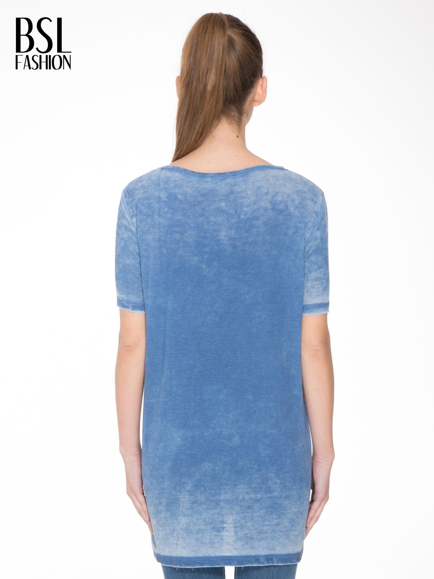 Niebieska sukienka typu t-shirt bluzka z efektem dekatyzowania                                  zdj.                                  4