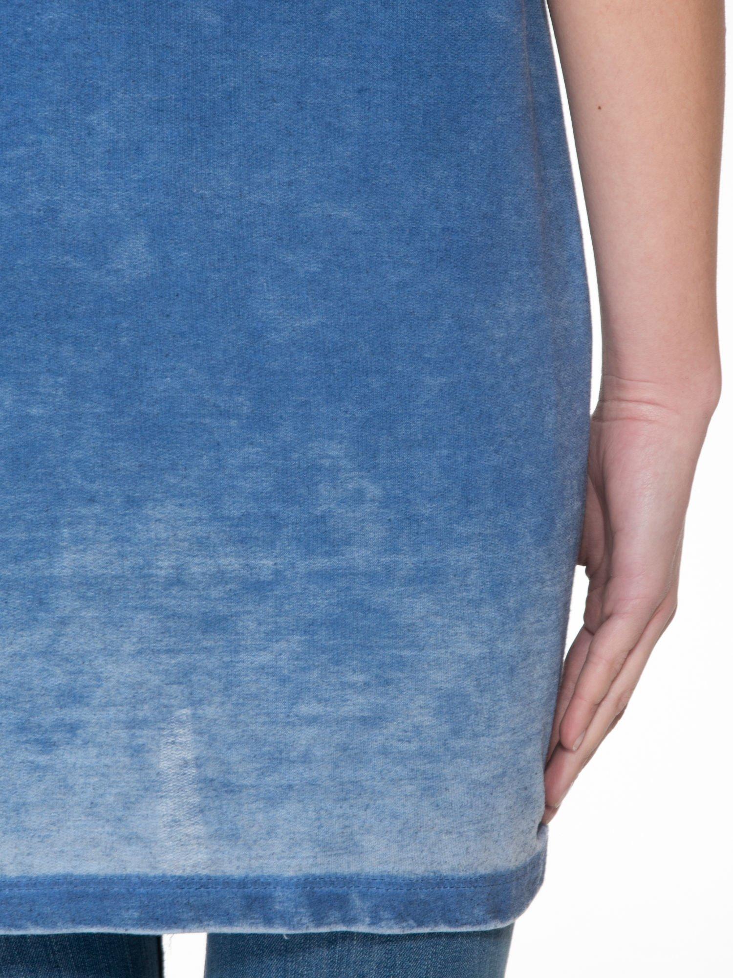 Niebieska sukienka typu t-shirt bluzka z efektem dekatyzowania                                  zdj.                                  8