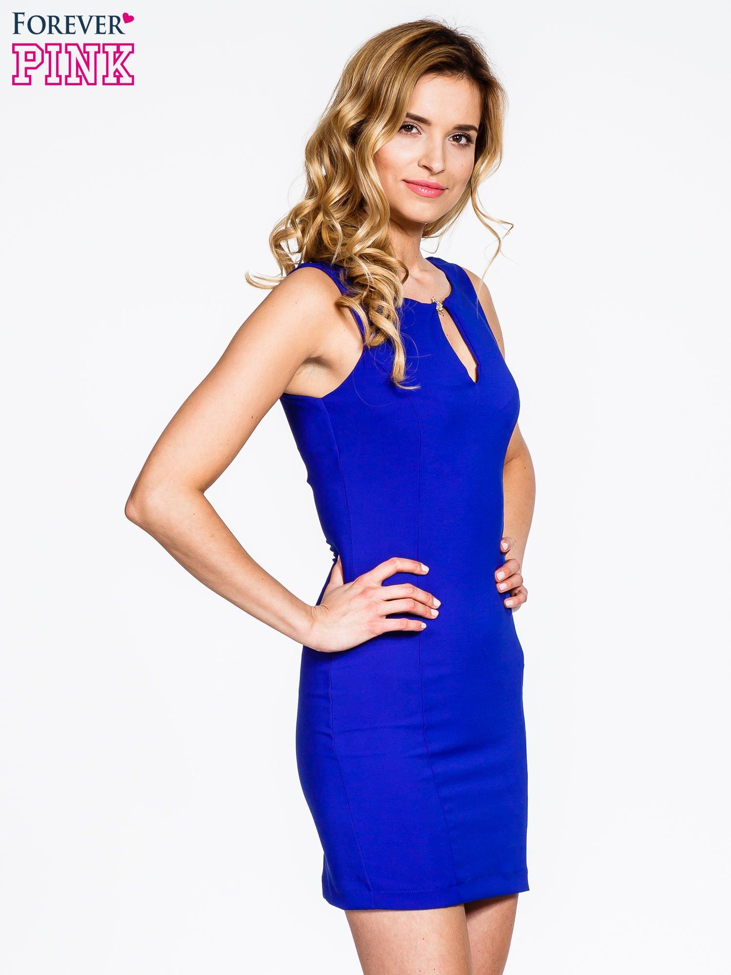 Niebieska sukienka z wycięciem na dekolcie                                  zdj.                                  3