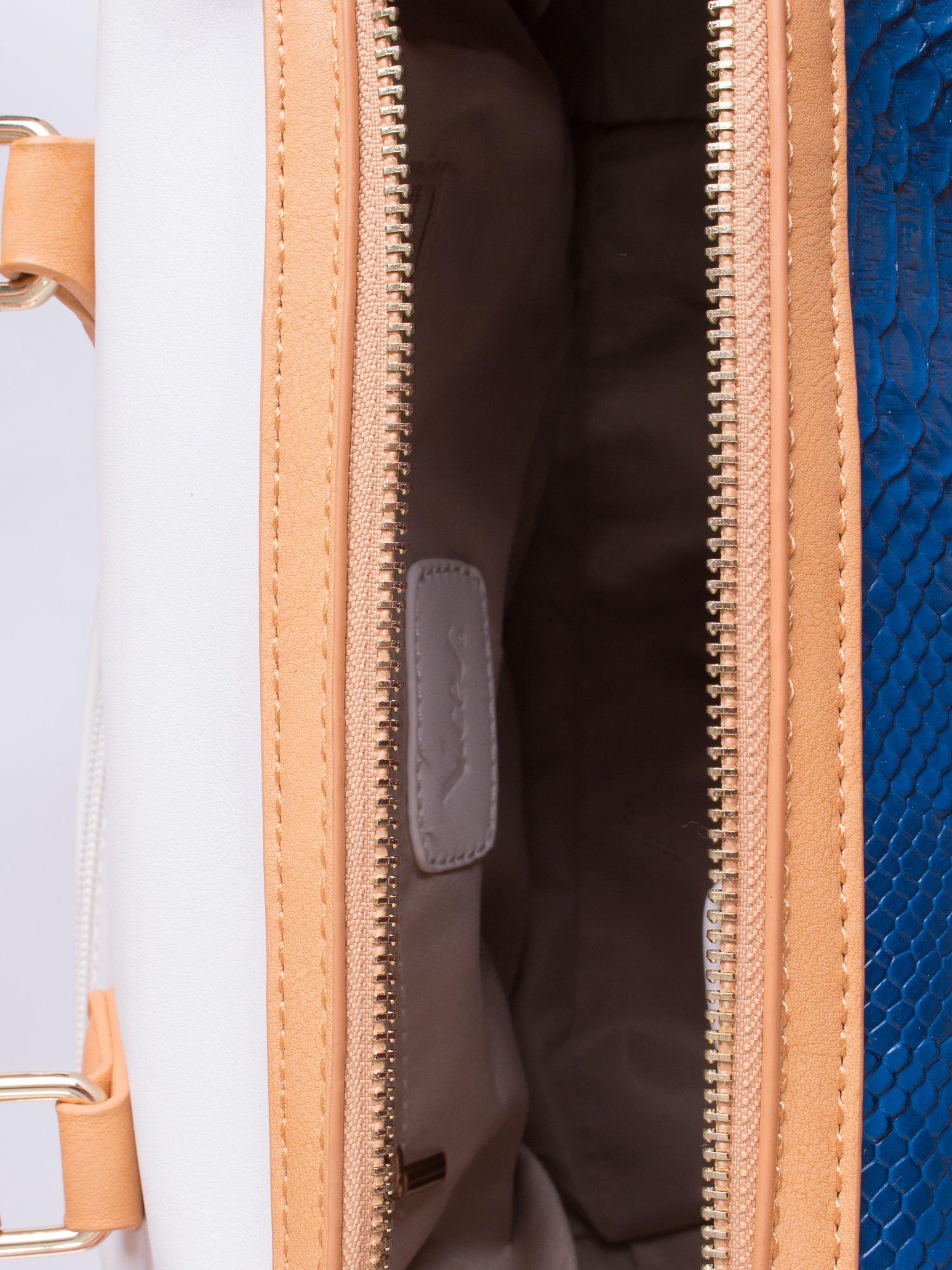 Niebieska torba z motywem skóry węża i ozdobną zawieszką                                  zdj.                                  4