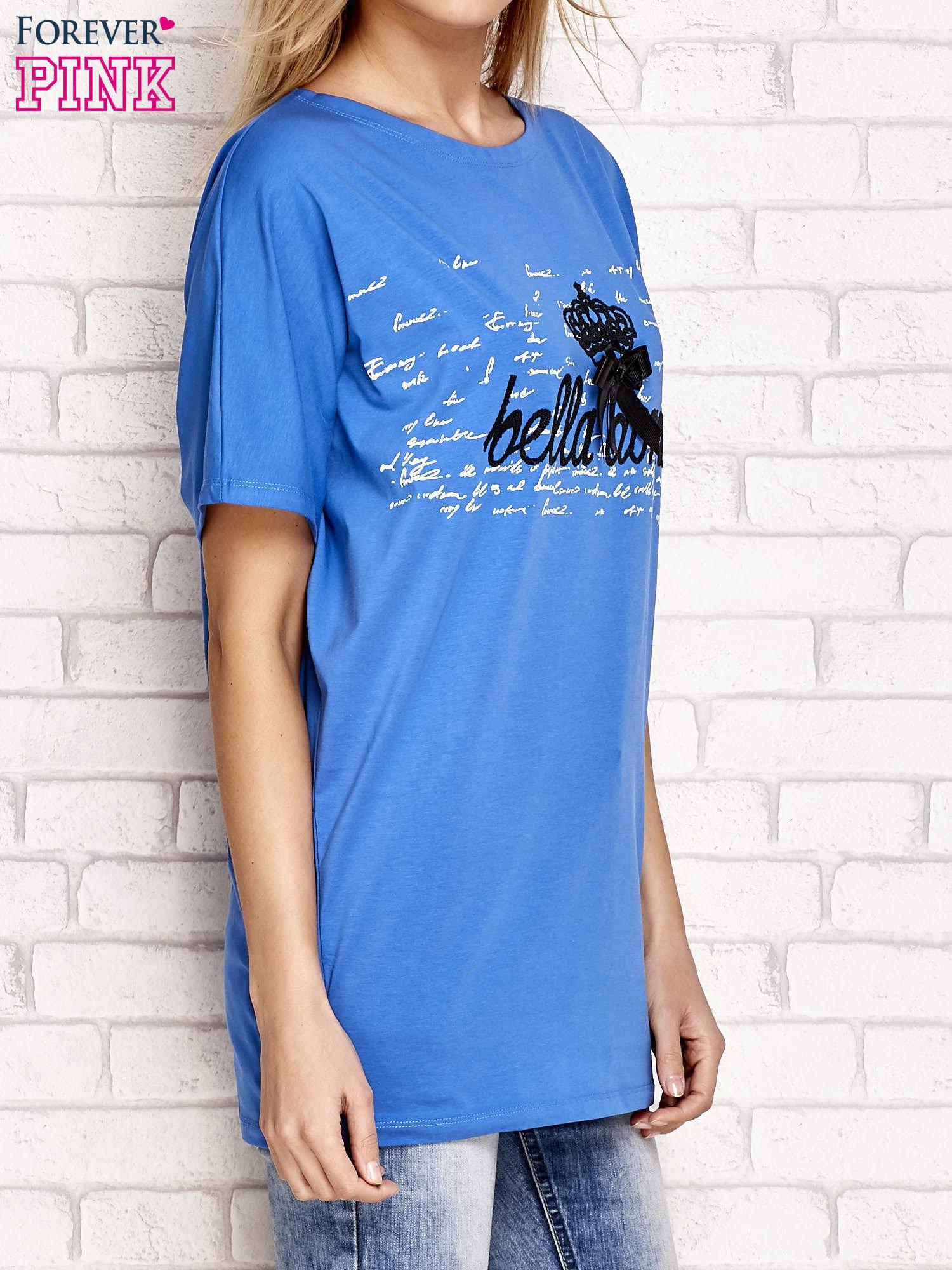 Niebieska tunika z nadrukiem liter i kokardką                                  zdj.                                  3