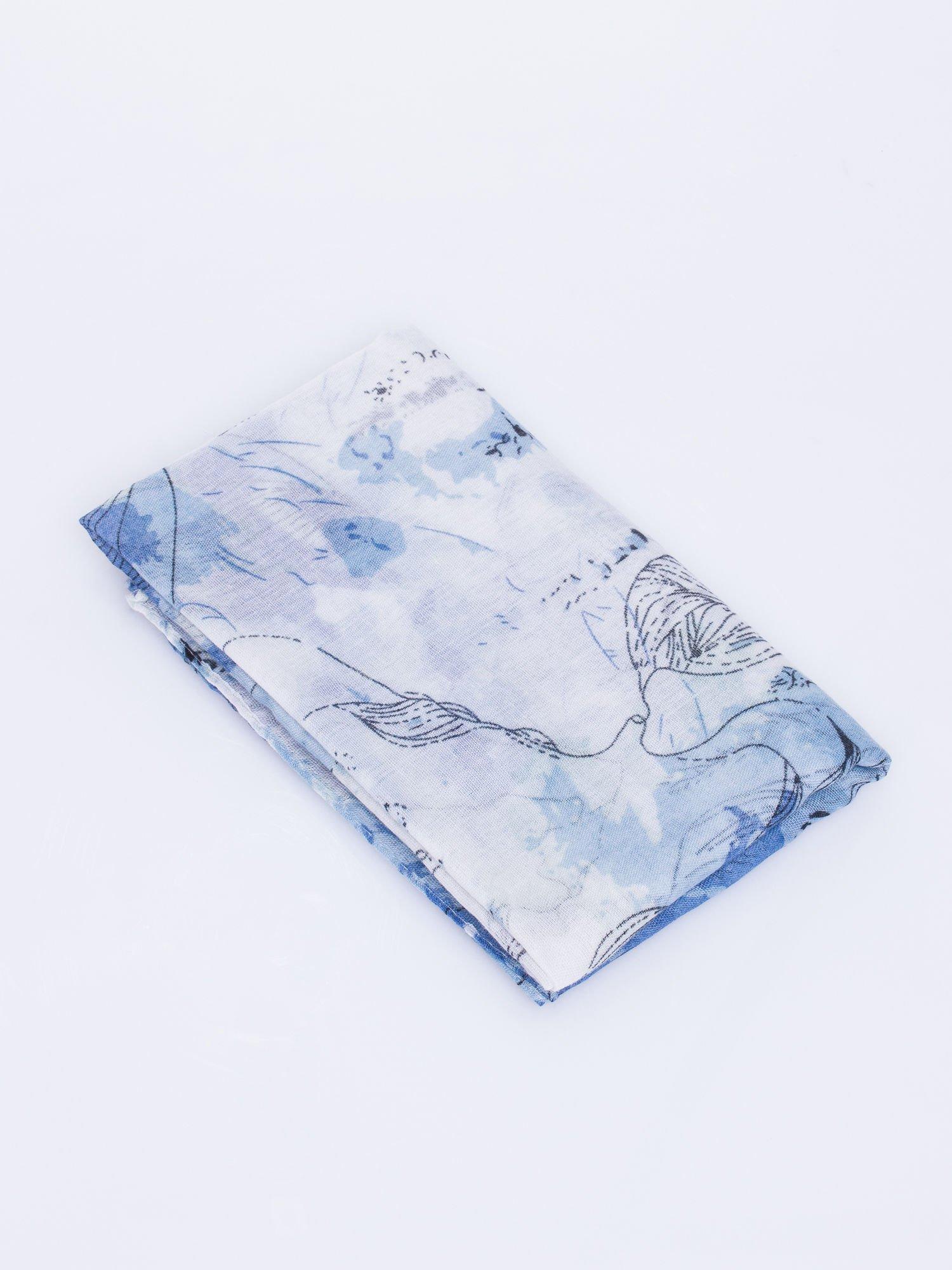 Niebieski lekki szal w roślinny wzór                                  zdj.                                  3